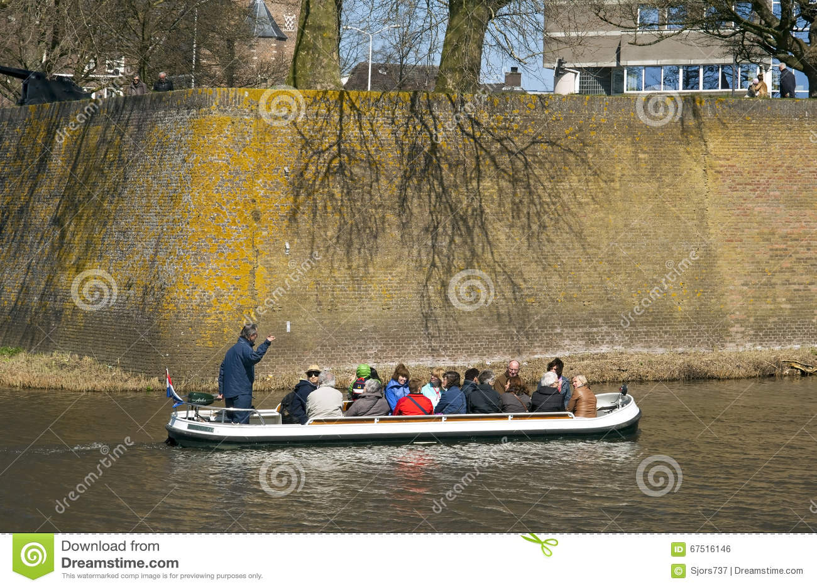 Turister gör fartyget att snubbla längs stadsväggen Den Bosch