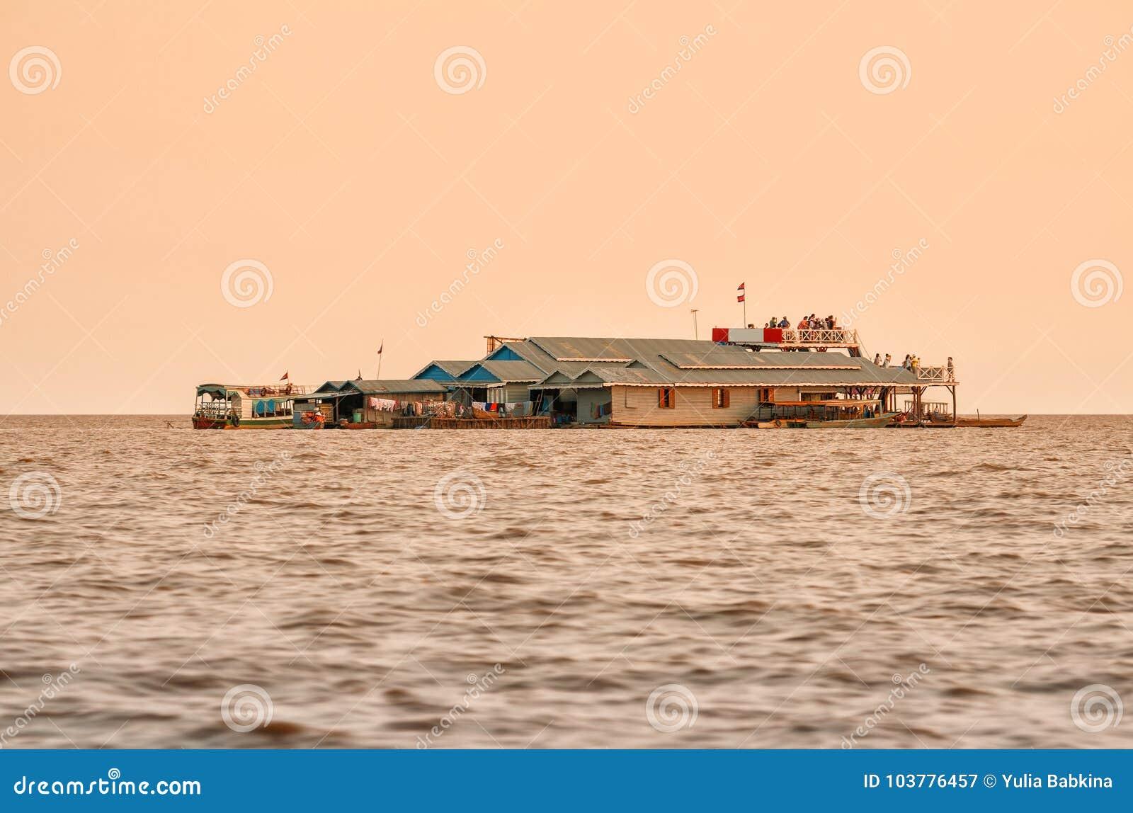 Turister, i att sväva byn på sjön Tonle, underminerar