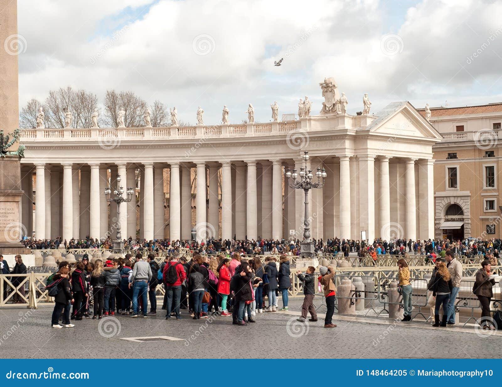 Turister i Sts Peter fyrkant, Vaticanen, Rome, Italien