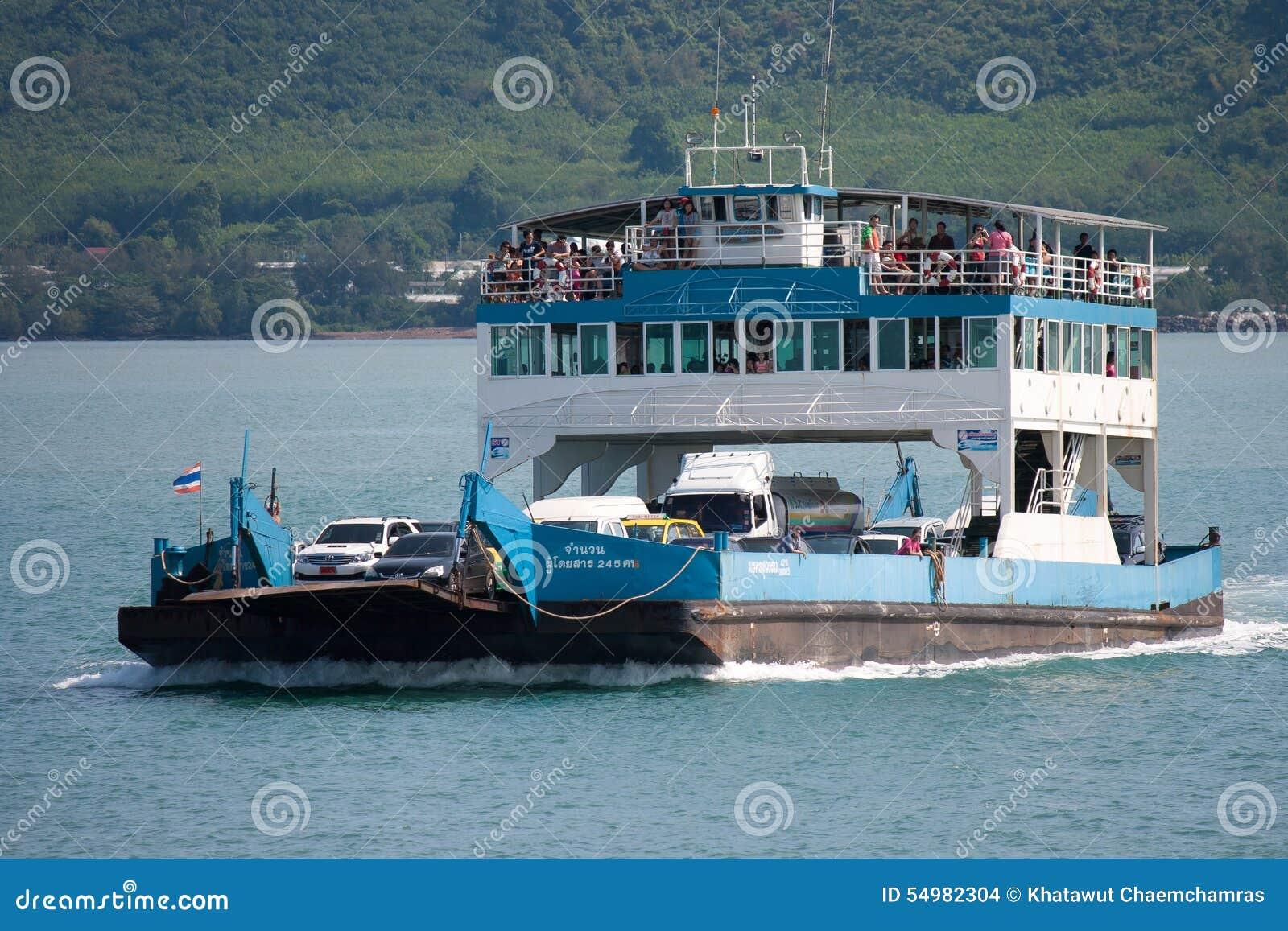 Turister och bilar laddade på färjan och överskrift till Koh Chang
