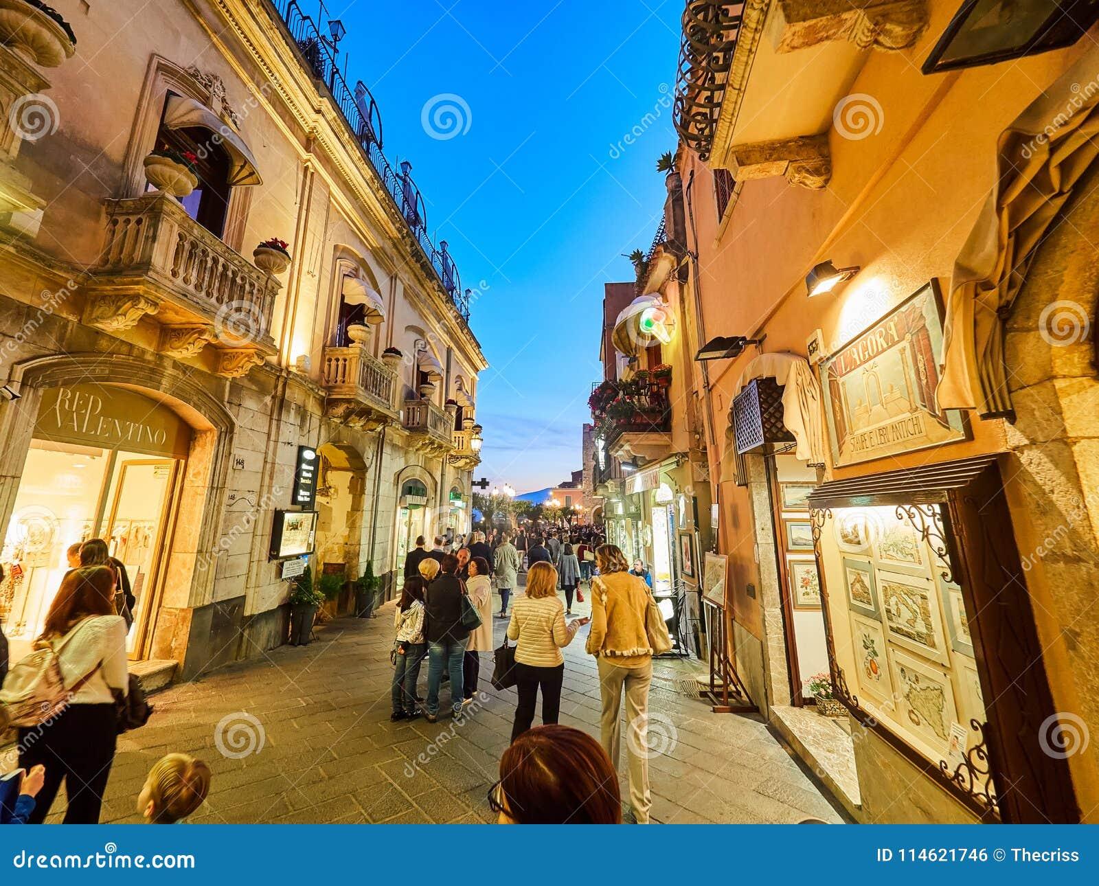Turister på den huvudsakliga gatan i Taormina, Sicilien, Italien