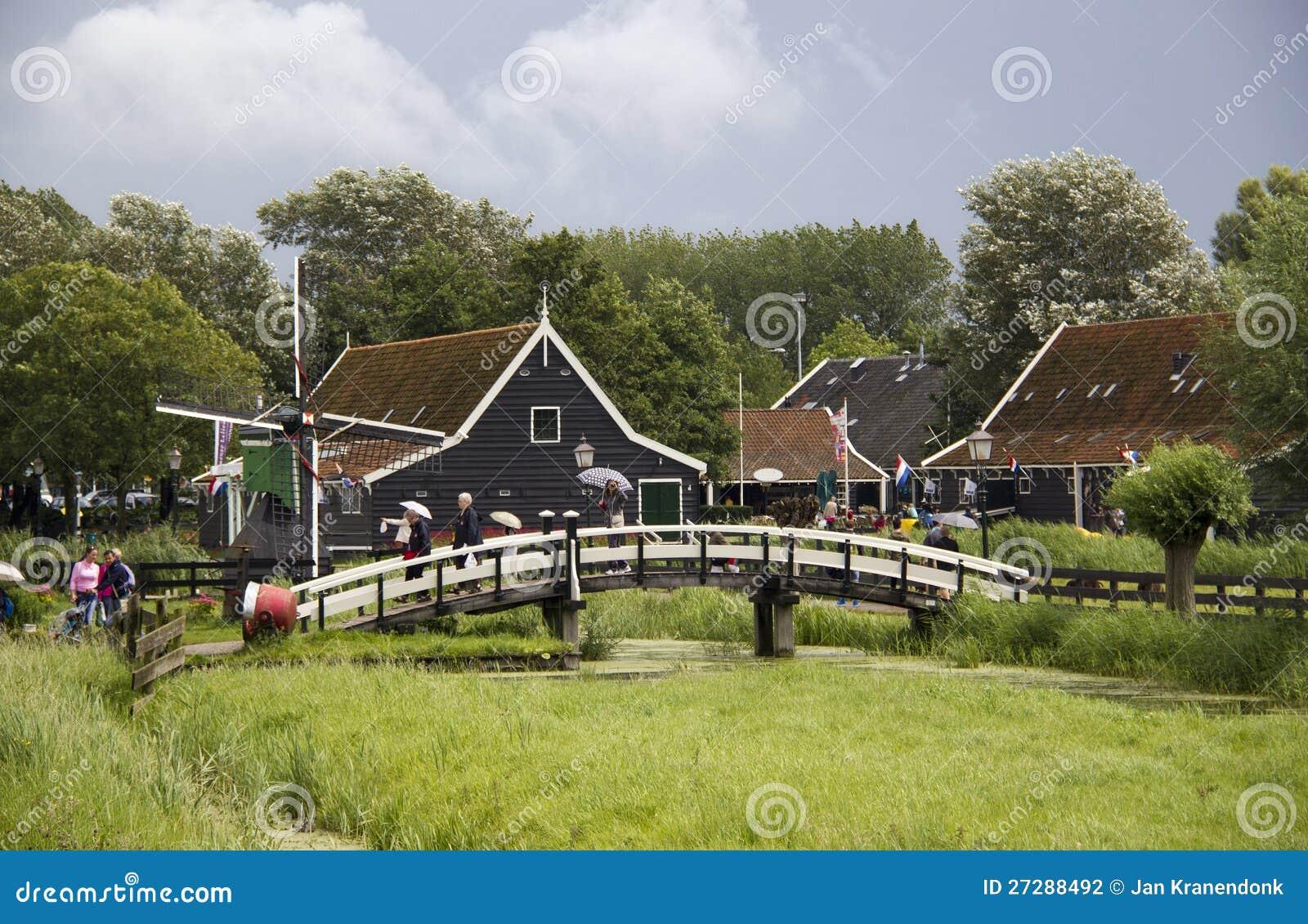Turister på Zaanse Schans i Holland