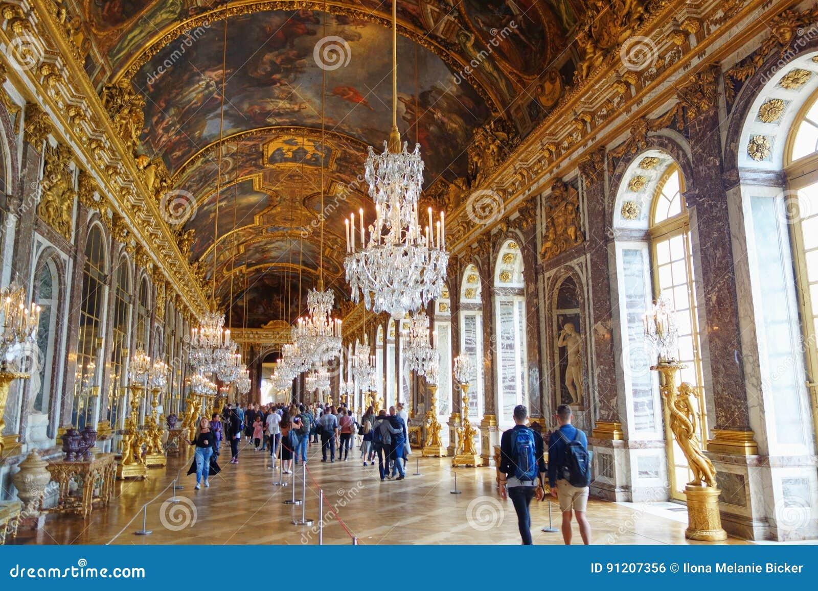 Turister som besöker Hallen av speglar i Versailles, Frankrike