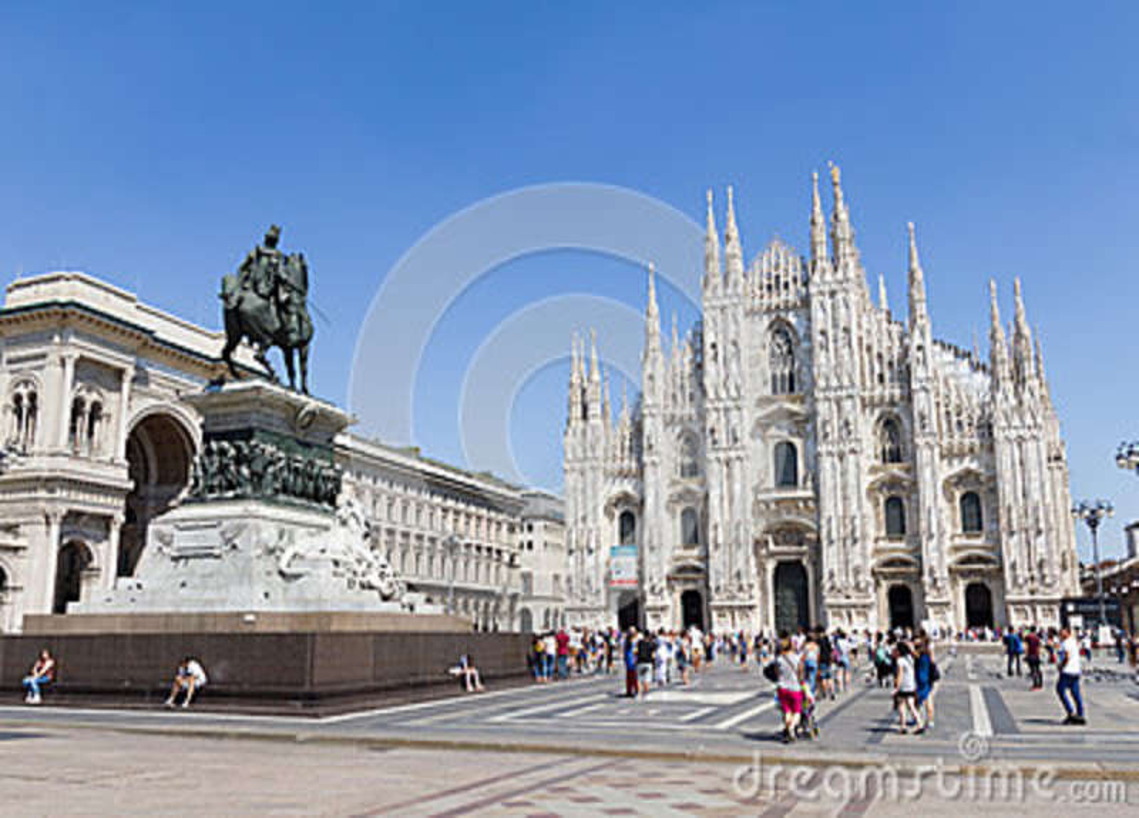 Turister som framme går av duomoen i Milan