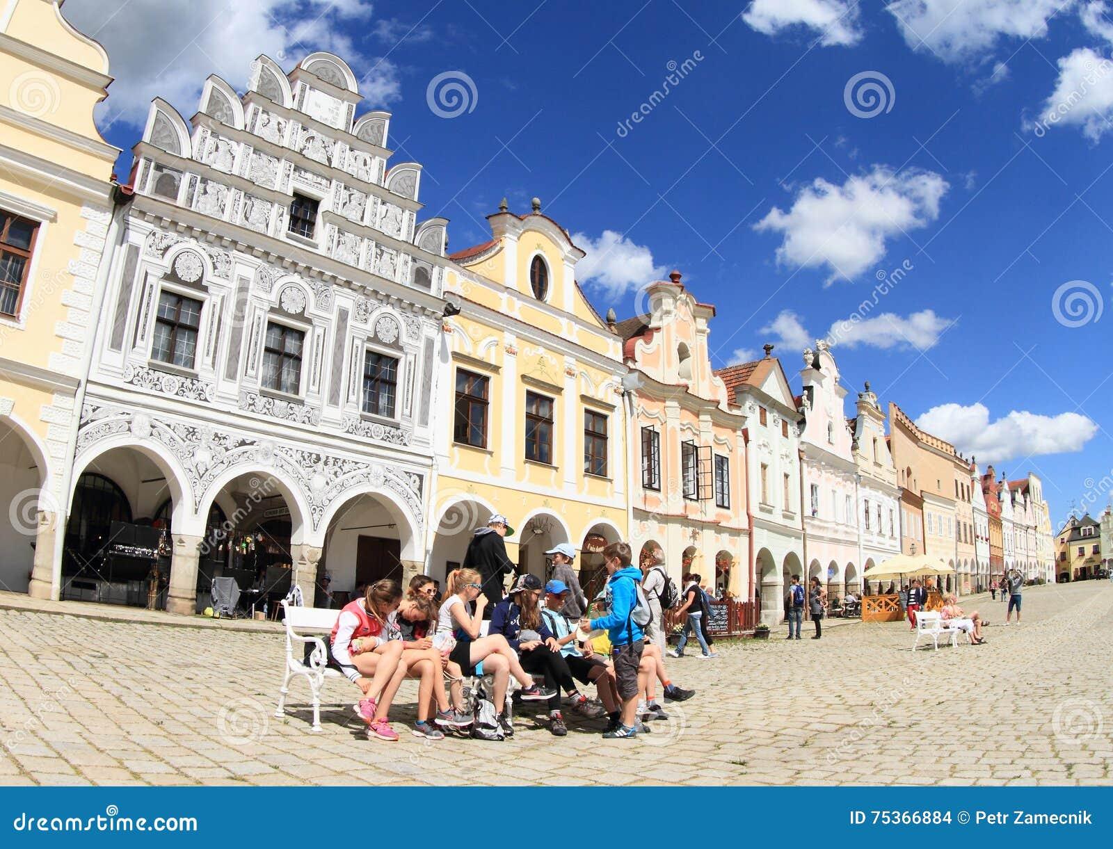 Turister som har, vilar på fyrkant i Telc