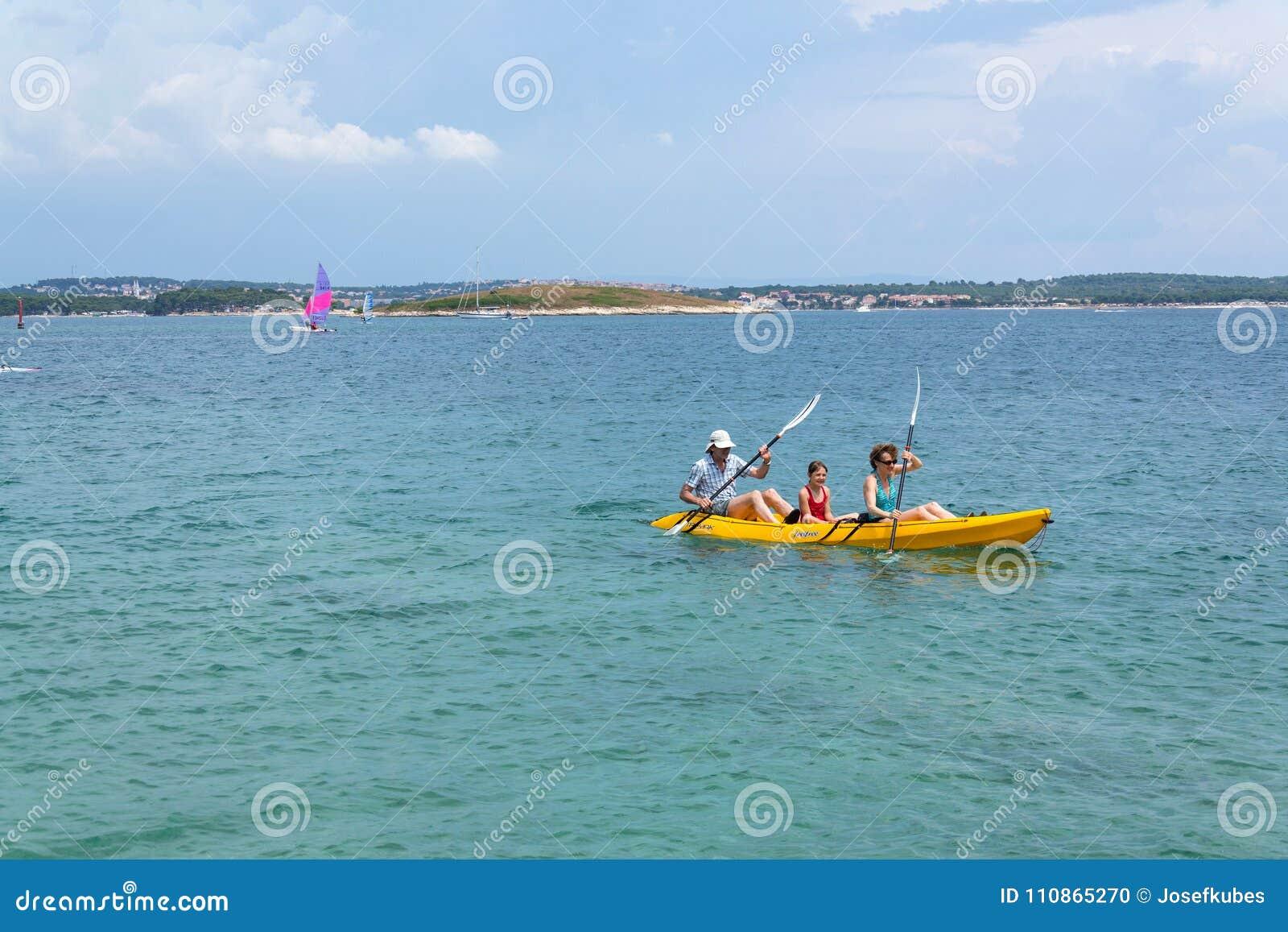 Turister som seglar på kajaken på den Kamenjak halvön i Premantura, Kroatien