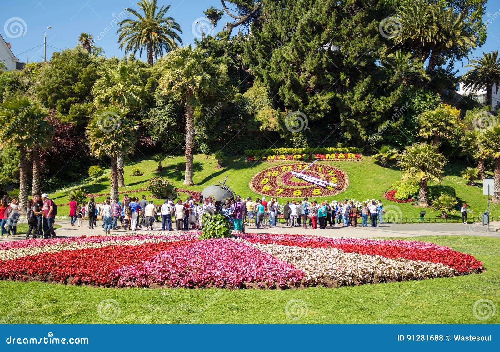 Turister som ser blomman, tar tid på Reloj de Flores i Vina D