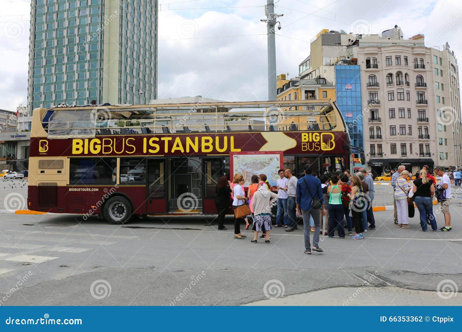 Auto Mamada turister som väntar avvikelse av den stora bussen istanbul