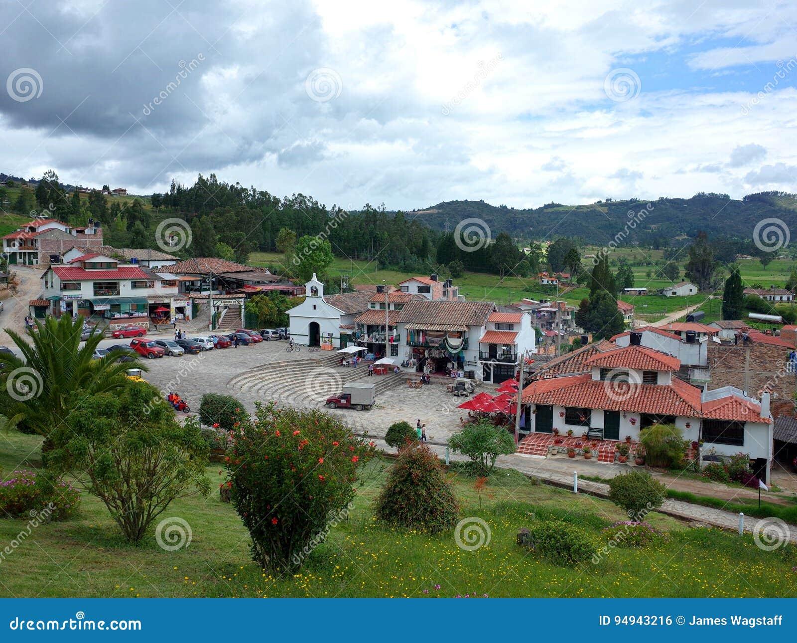 Turister spenderar ferien av corpuset Cristi på den Pantano de Vargas monumentet i Paipa, Boyaca,