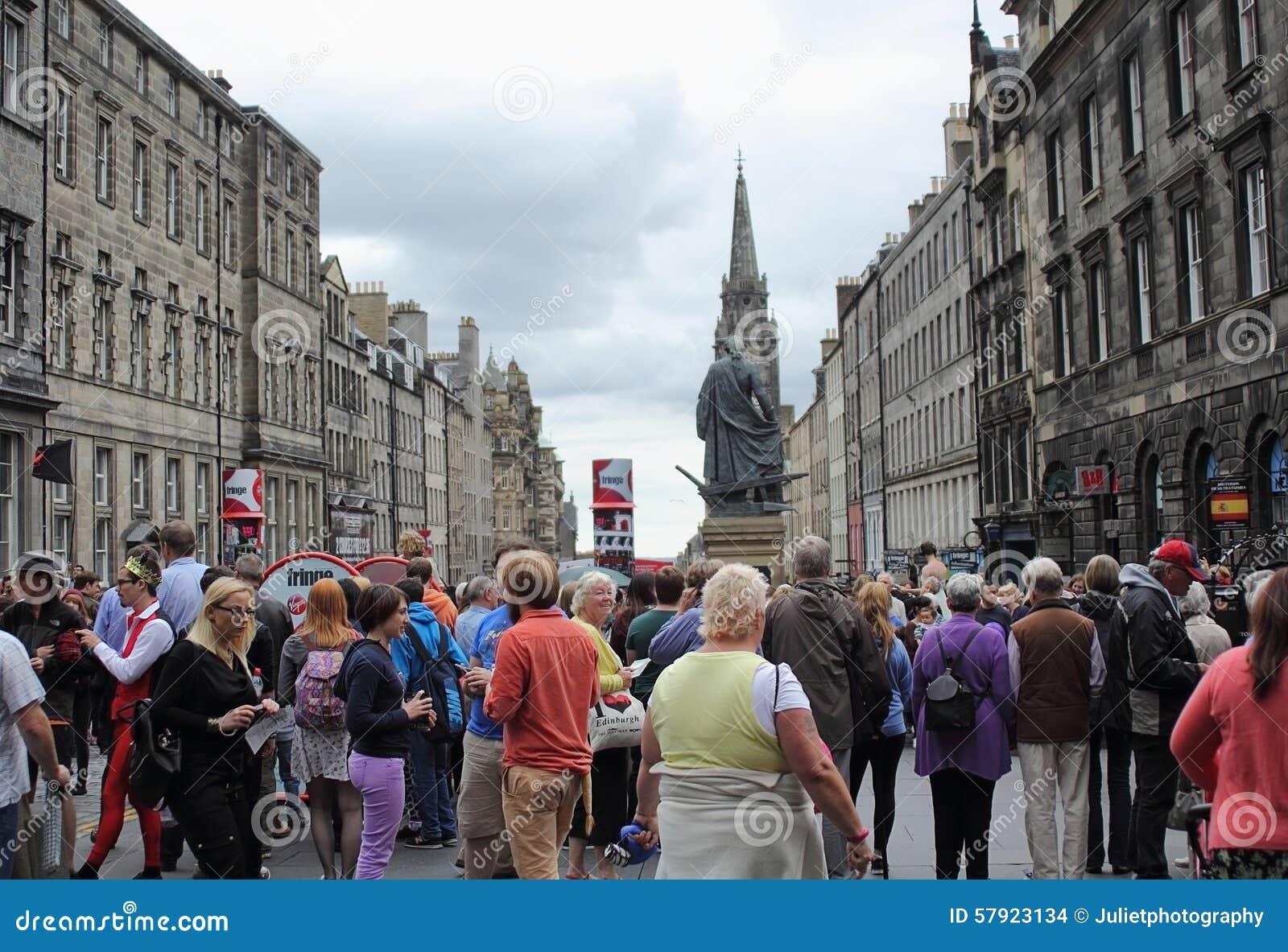 Turisti al festival della frangia al miglio reale a Edimburgo, Scozia, 11 08 2015