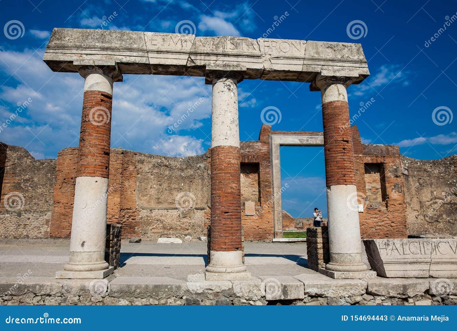 Turisti al portico di Concordia Augusta sul forum della città antica di Pompei in a