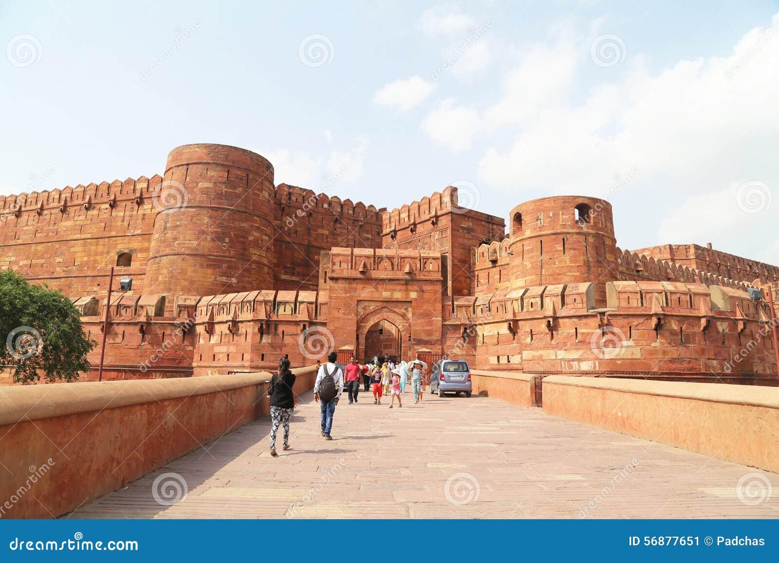 Turisti all entrata alla fortificazione di Agra, Agra, Uttar Pradesh, India