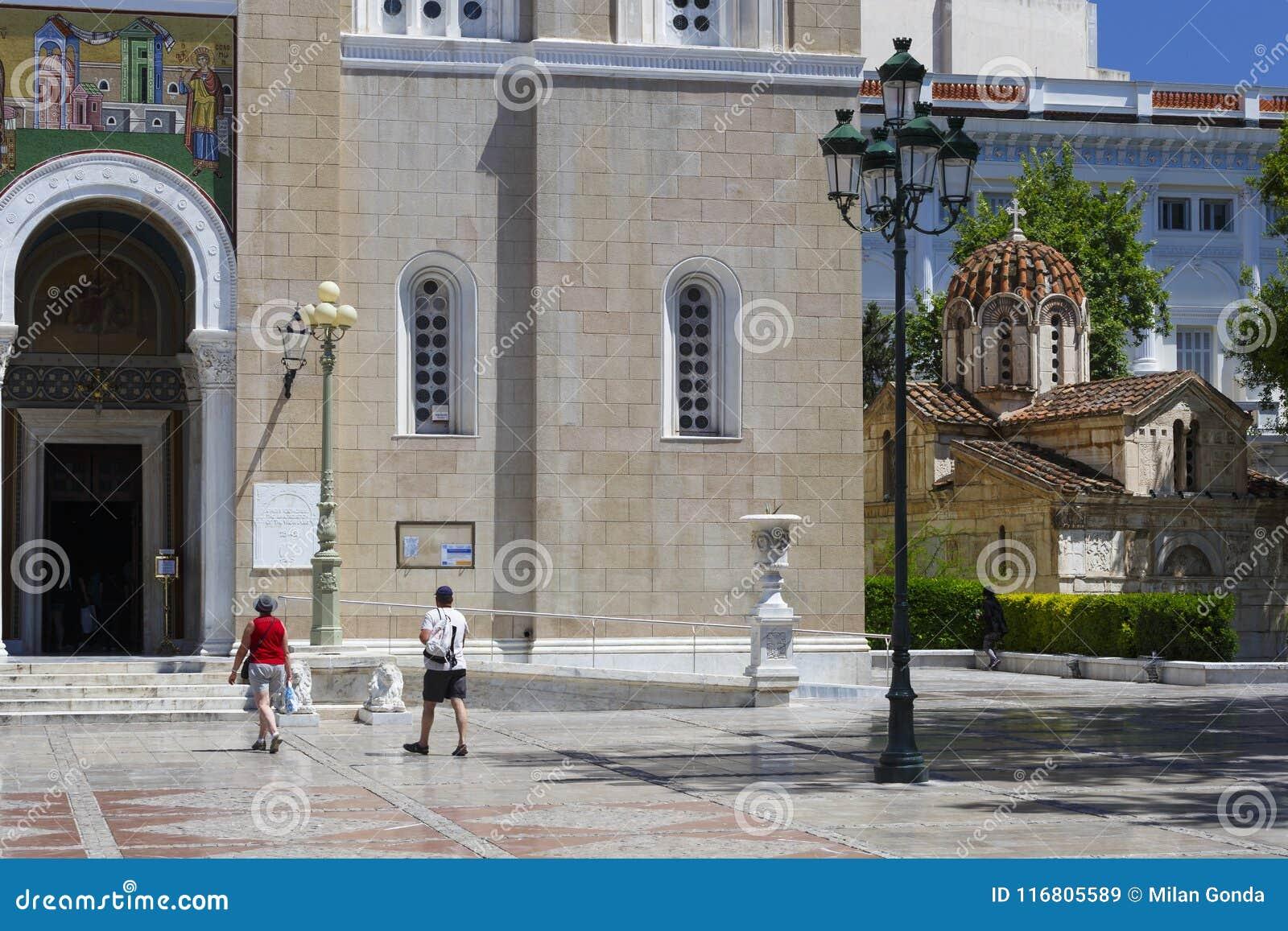 Turisti alla cattedrale metropolitana di Atene