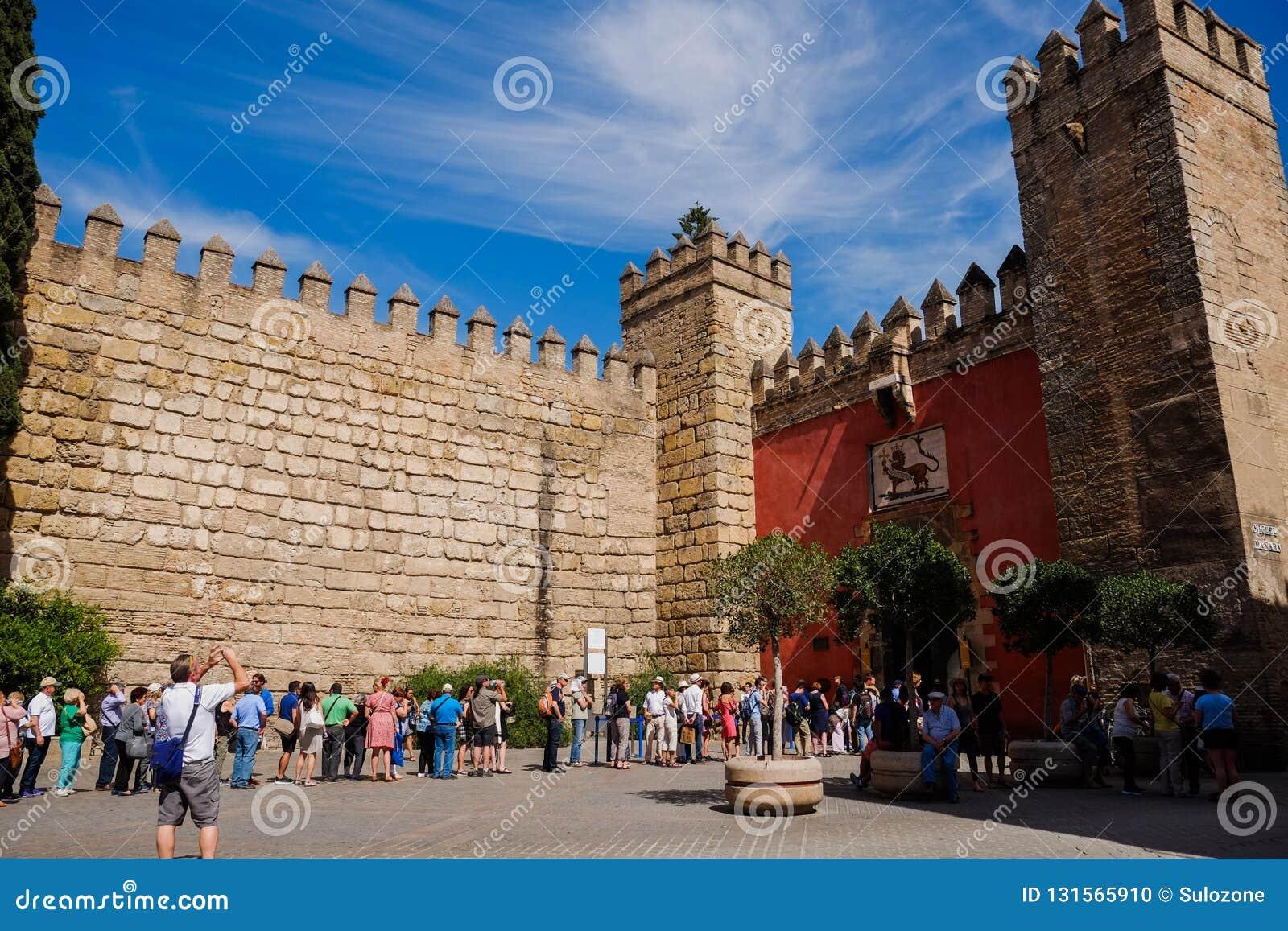 Turisti che fanno la coda per i biglietti all alcazar reale di Siviglia