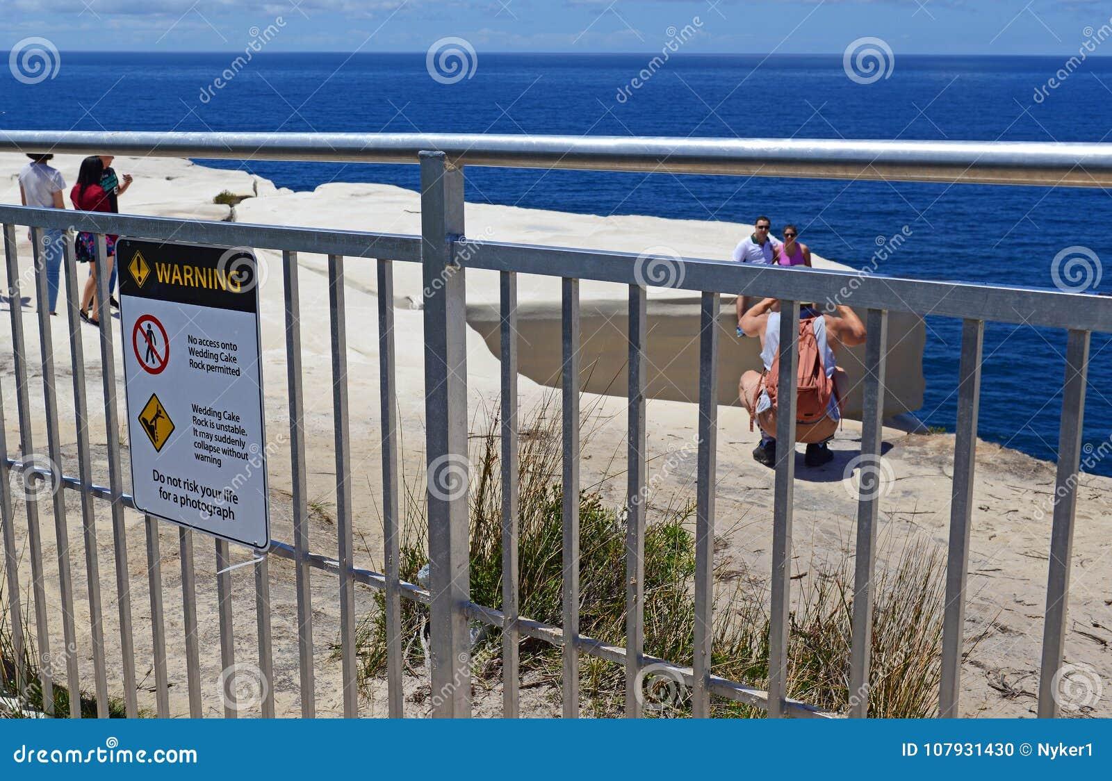 Turisti che si impegnano nel comportamento rischioso in parco nazionale reale, Sydney Australia