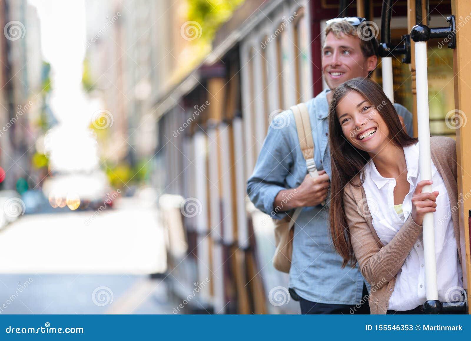 Turisti della città di San Francisco che guidano stile di vita della gente di turismo della linea tranviaria della cabina di funi