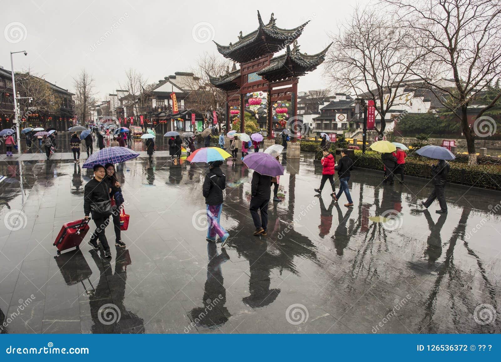 Turisti nei giorni piovosi del punto scenico del tempio di Confucio