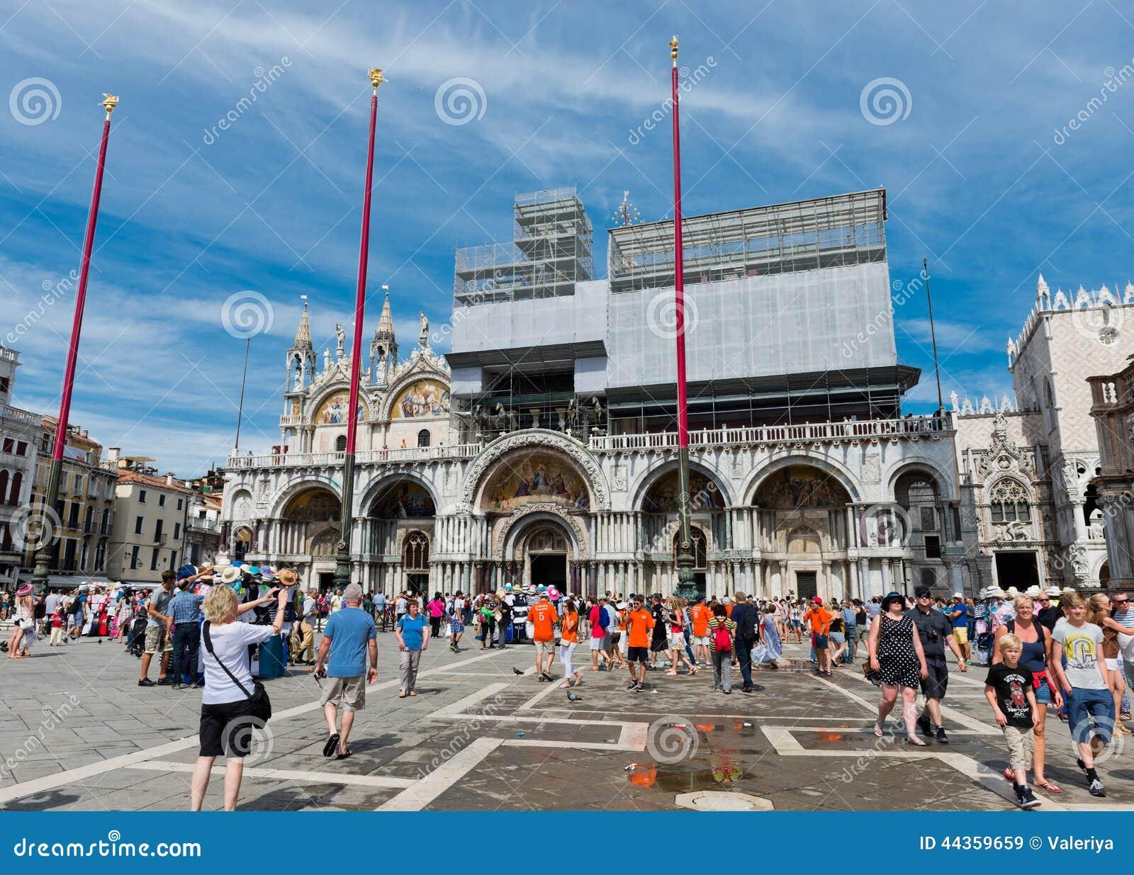 Turisti sul quadrato di San Marco a Venezia