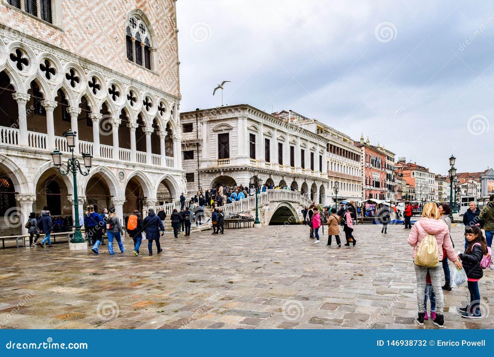 Turisti un giorno piovoso in piazza San Marco St Marks Square a Venezia, Italia