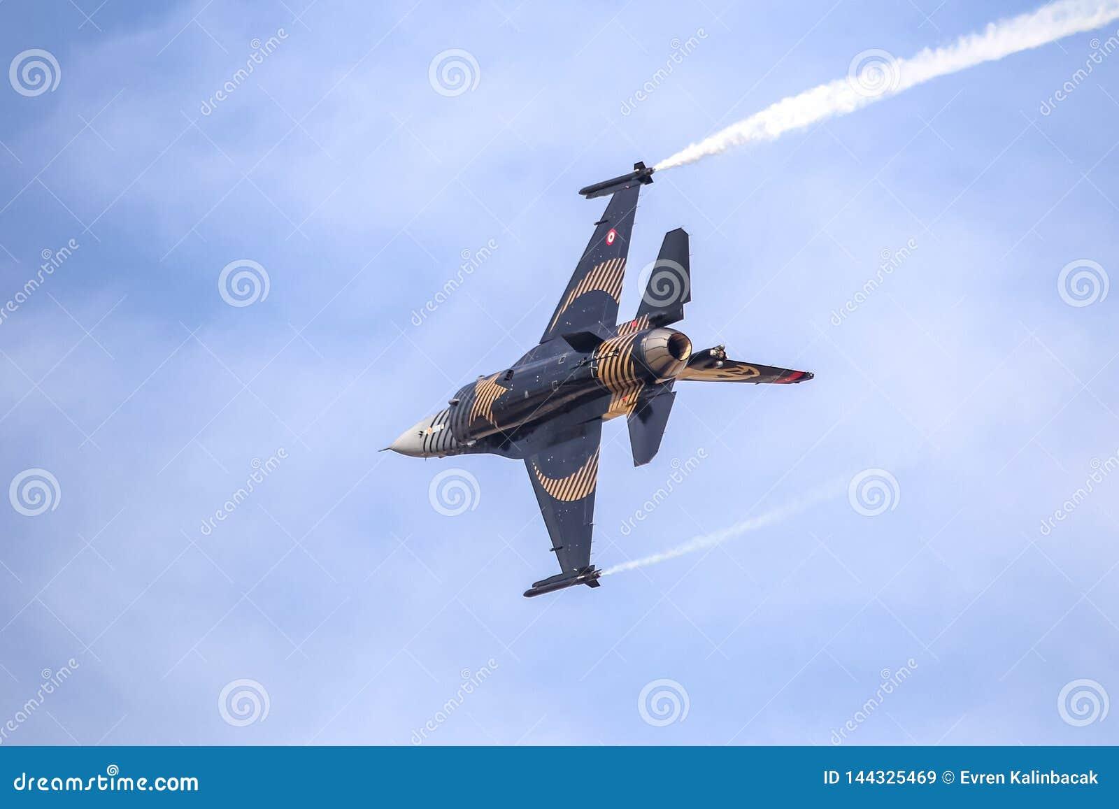 Turk Air Aerobatics Show a solas en Teknofest Estambul