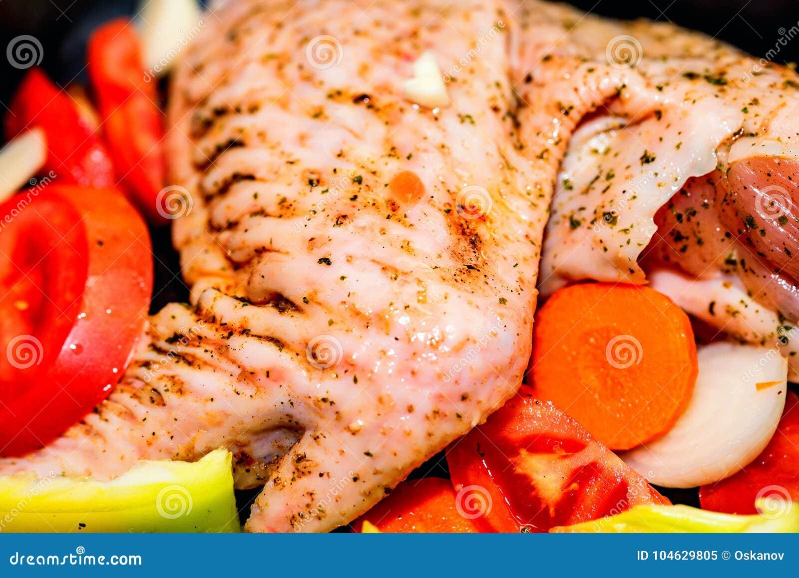 Download Turkije Met Groenten Wordt Versierd Die Binnen Alvorens Te Koken Stock Afbeelding - Afbeelding bestaande uit helder, diner: 104629805