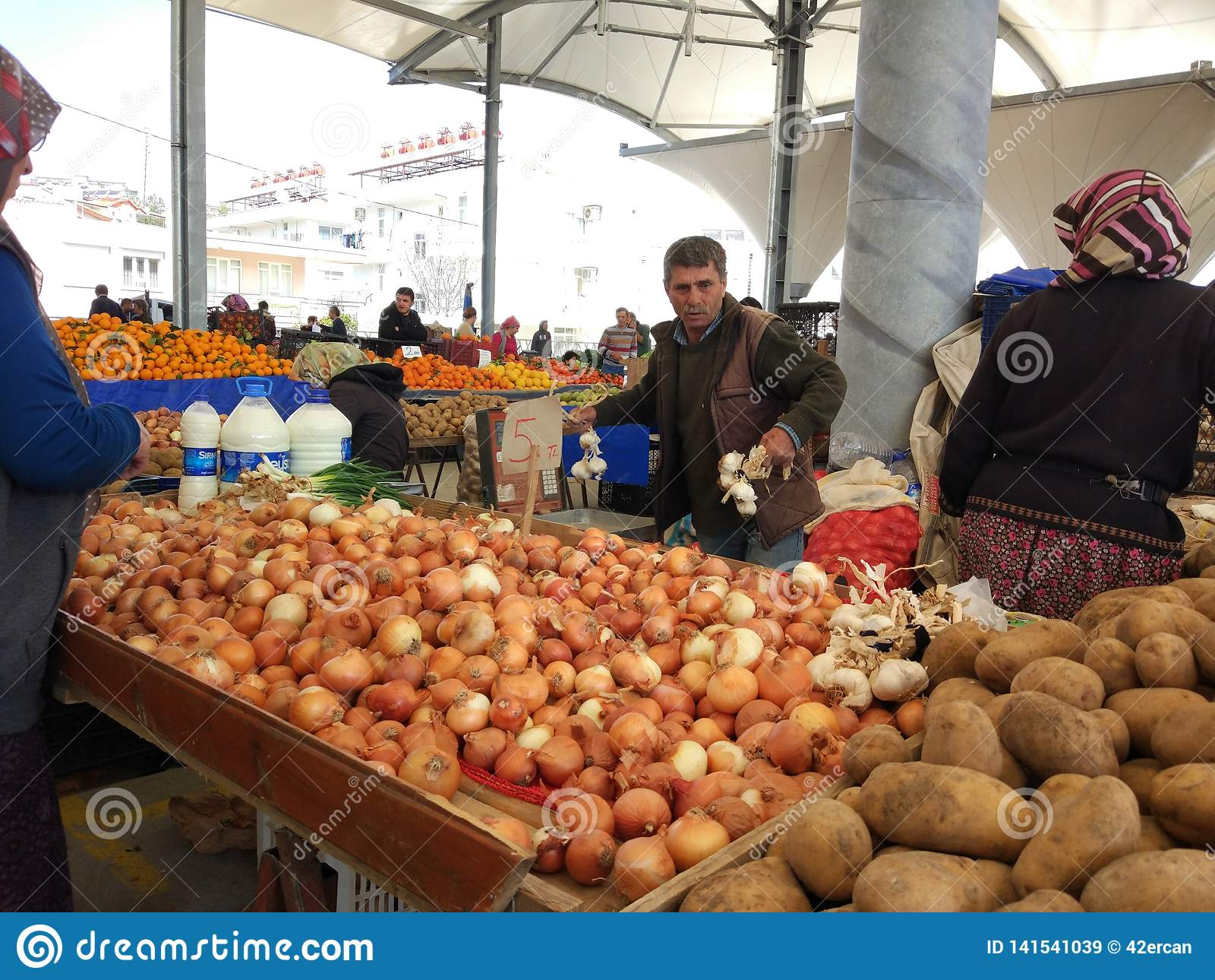 Turkisk den basarfrukt och grönsaken stannar