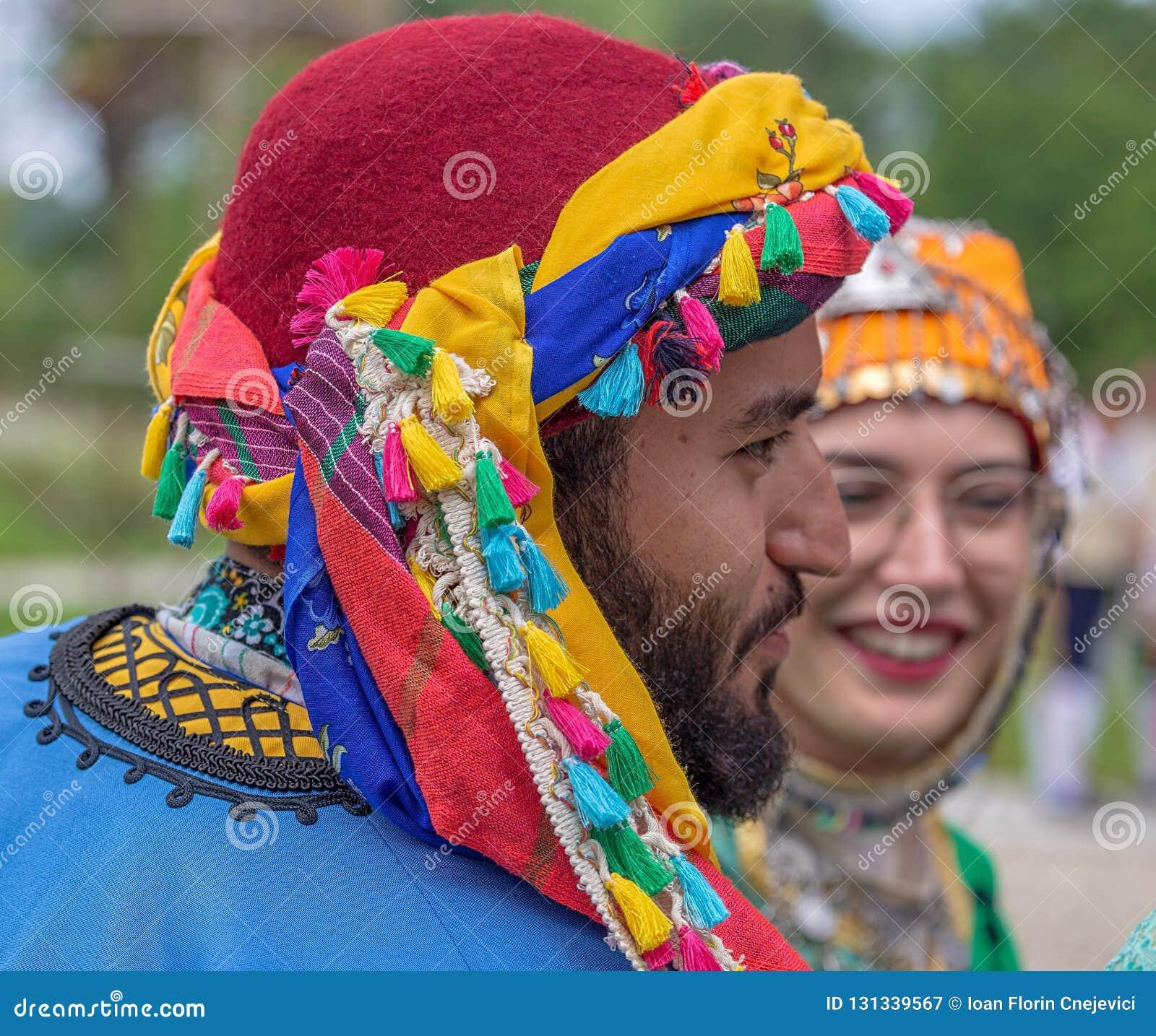 Turkiska dansare i traditionell dräkt