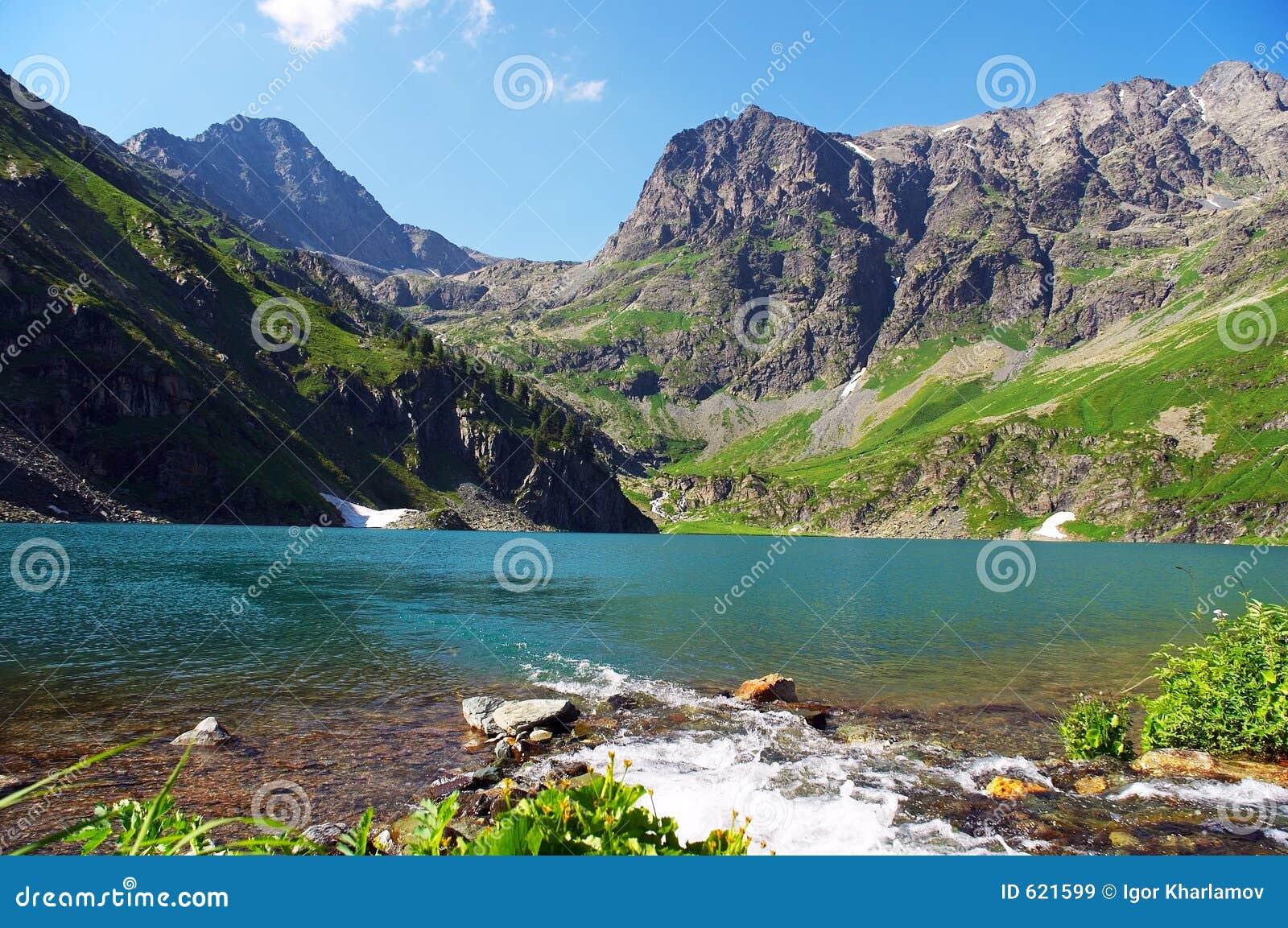 Turkoois meer in de bergen.