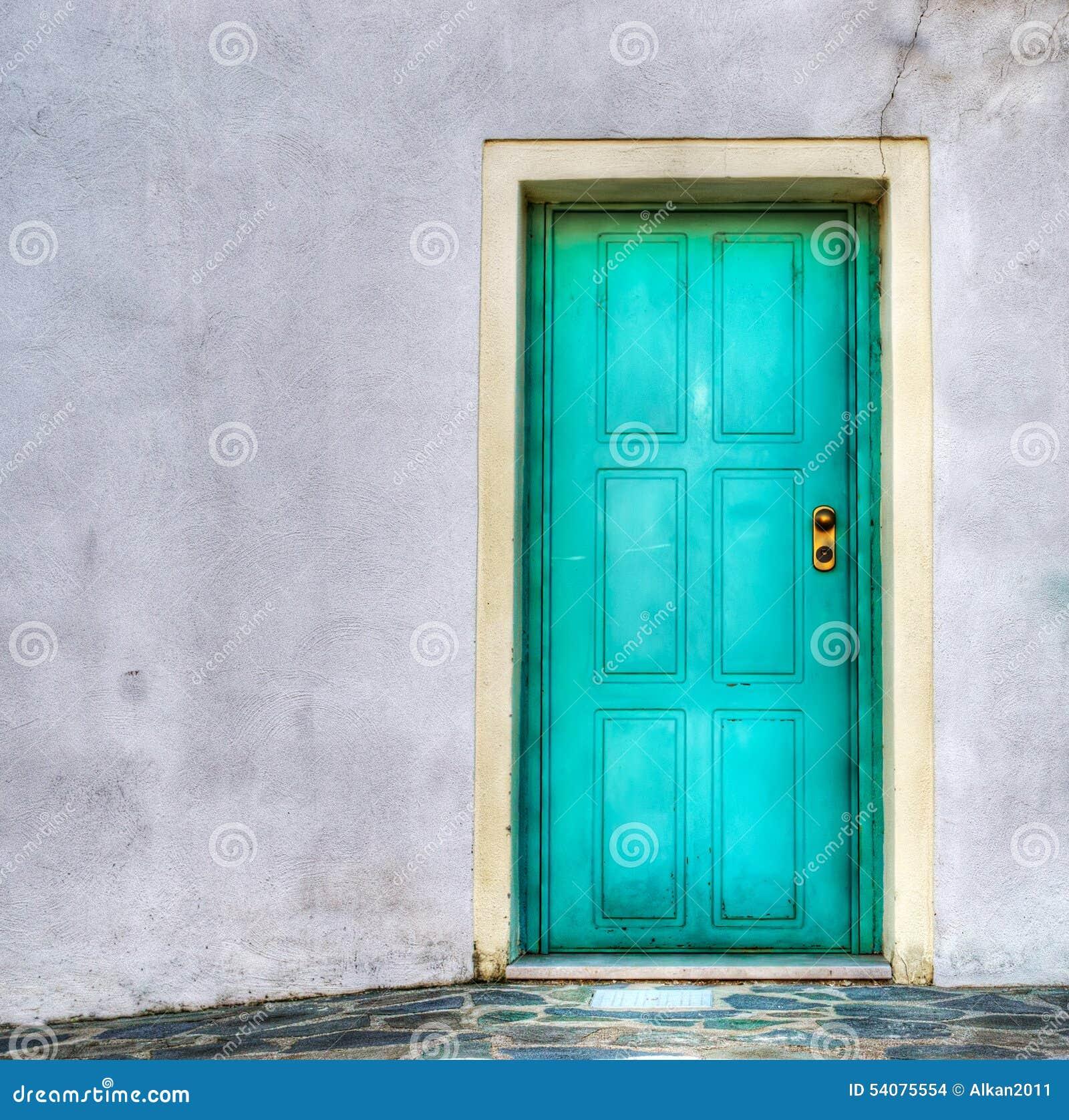 Turkooise deur in een grijze muur