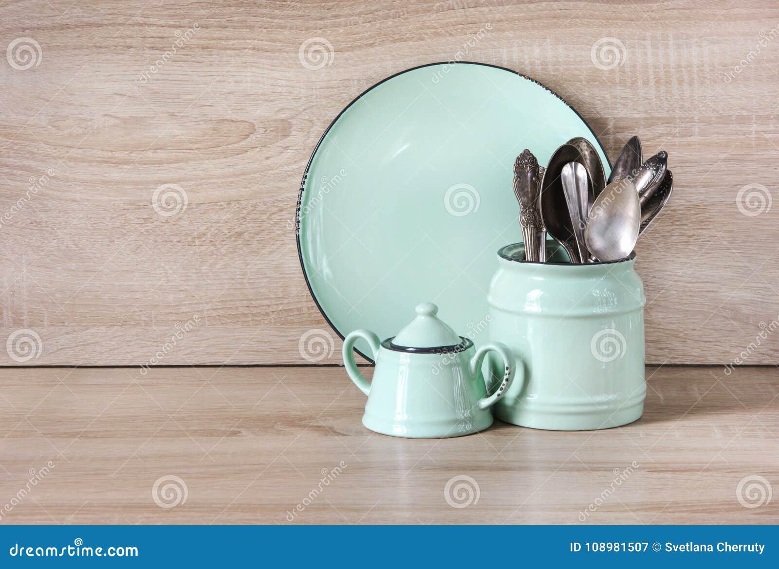 Turkoslerkärl, bordsservis, dishwareredskap och material på träbordsskiva Kökstilleben som bakgrund för design