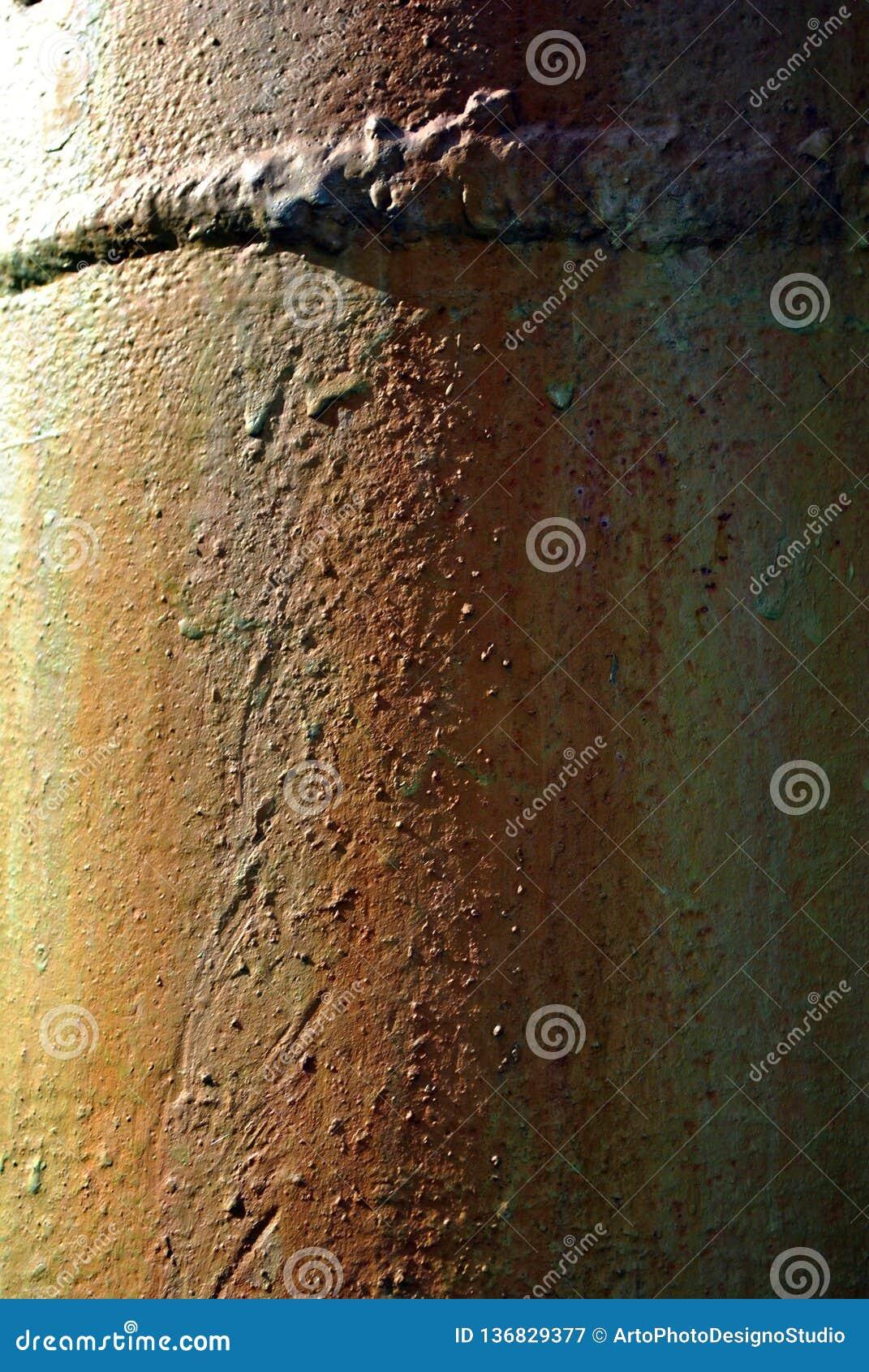 Turkosmålarfärg med röd rostig metallsvett och svetsninglinjen, vertikal bakgrund för grunge