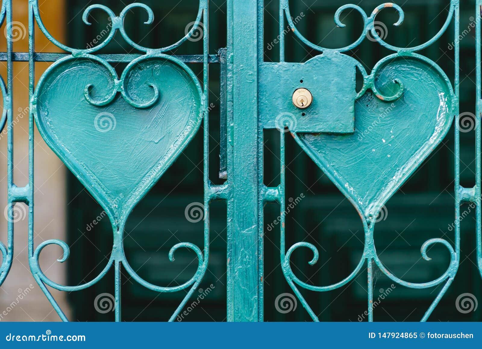 Turkosmetallgaller med hjärta formade prydnader - symbol av järnförälskelse