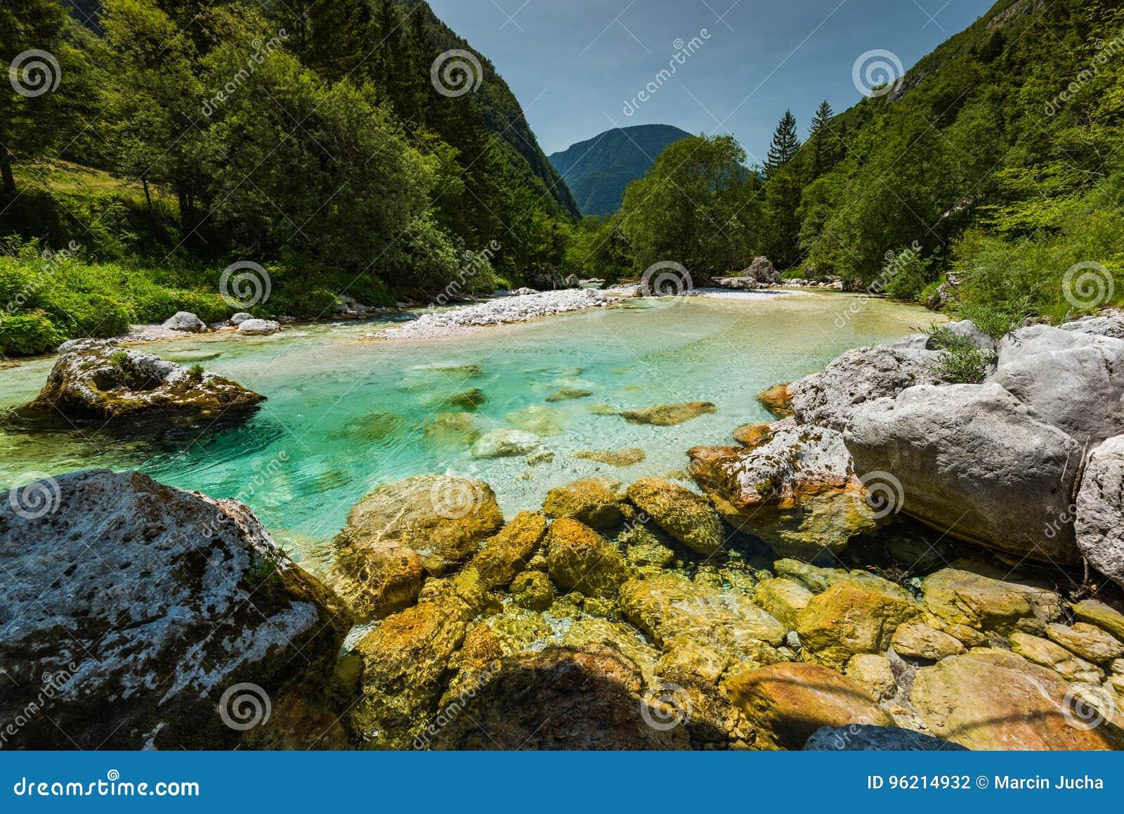 Turkosvatten i den Soca floden, Slovenien