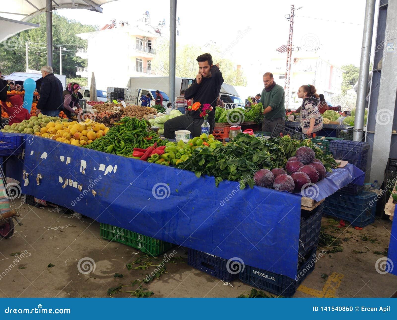 Turks bazaarfruit en plantaardige box