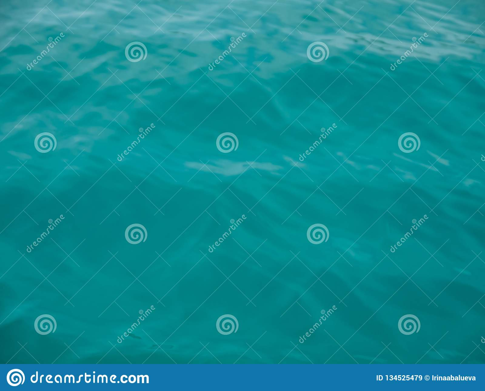 Turkusowa morze fala bryzga za burtą