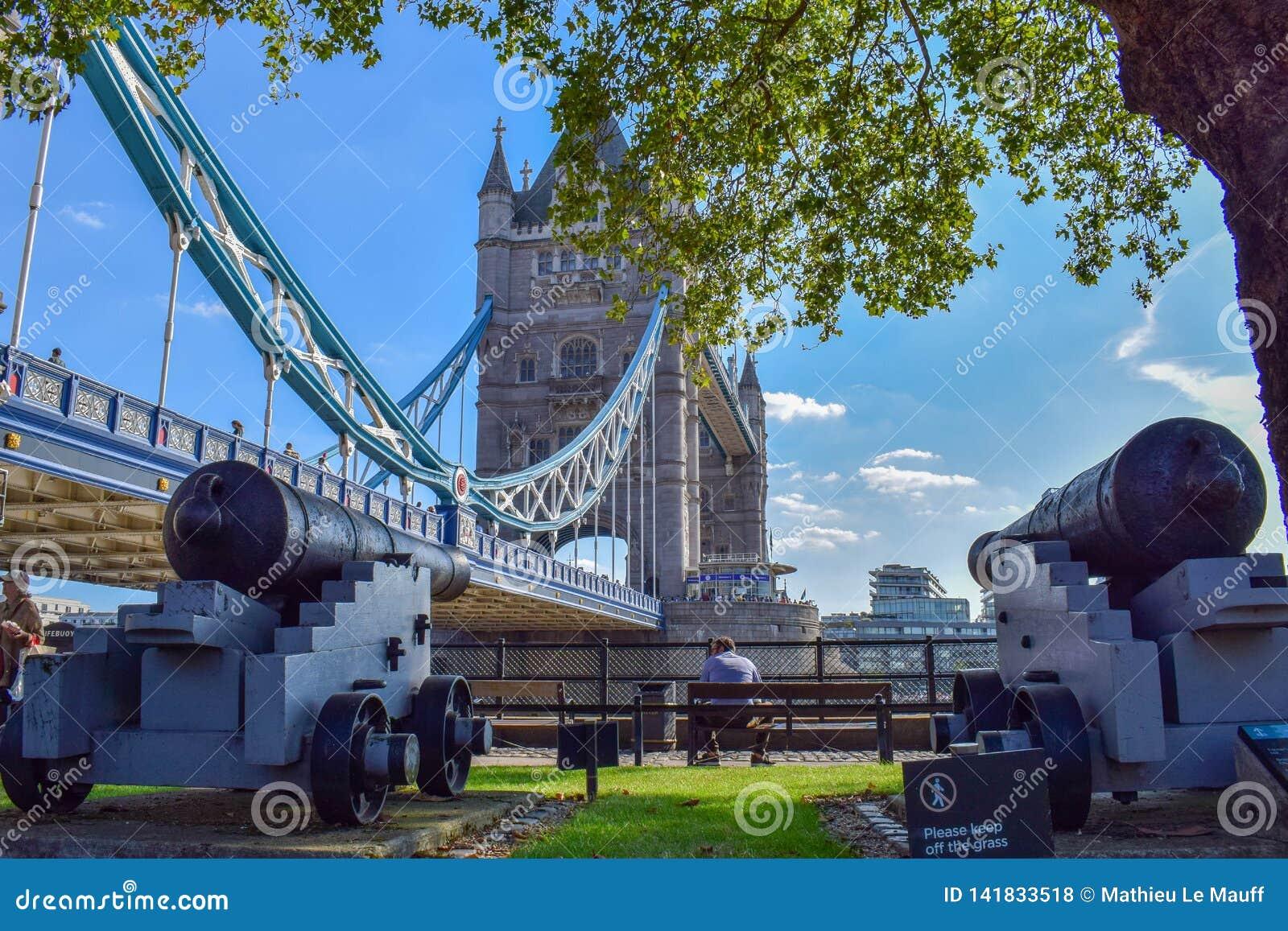 Turm-Brücken-Parkblick mit alten Kanonen