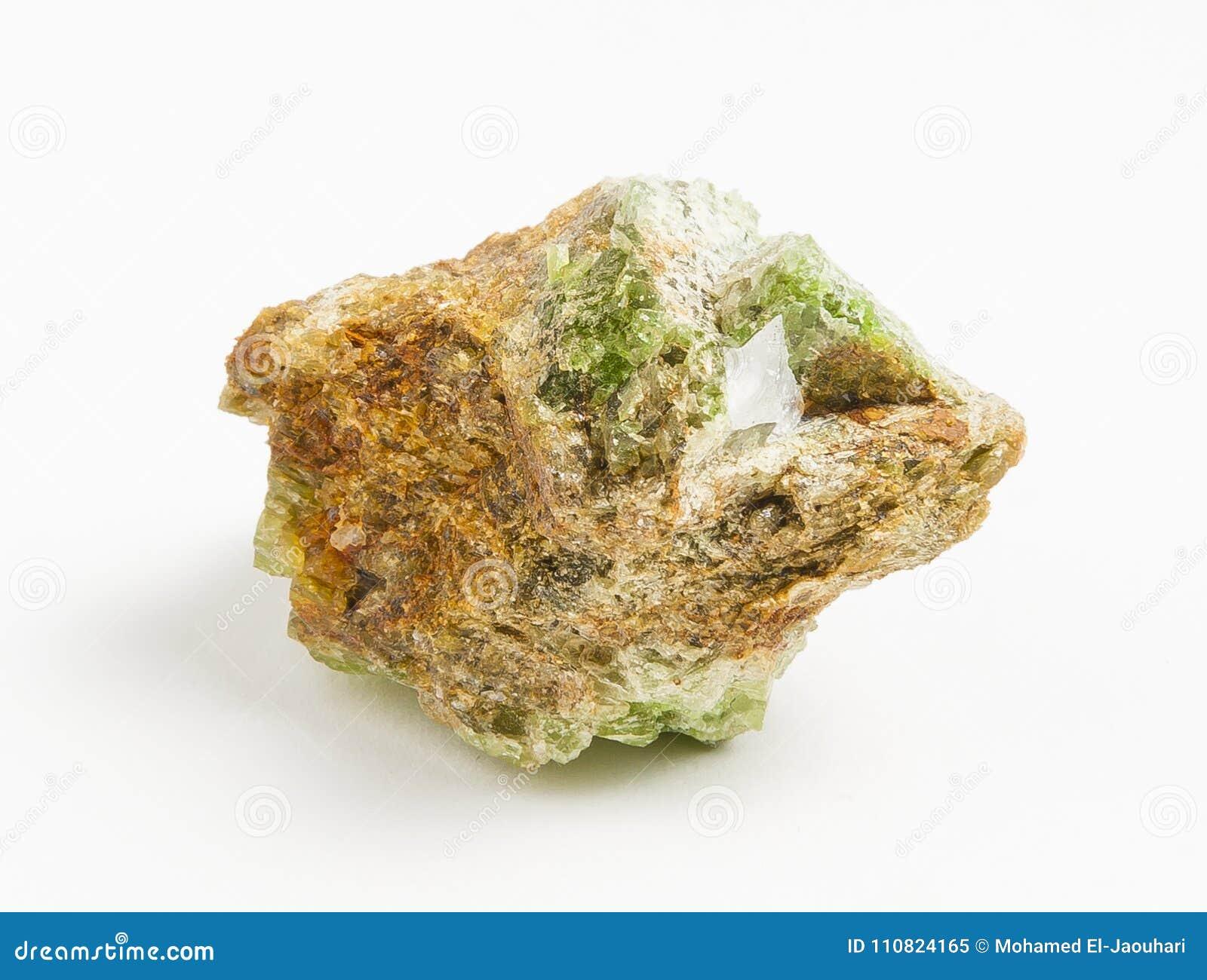 Turmalina verde do minério no fundo branco