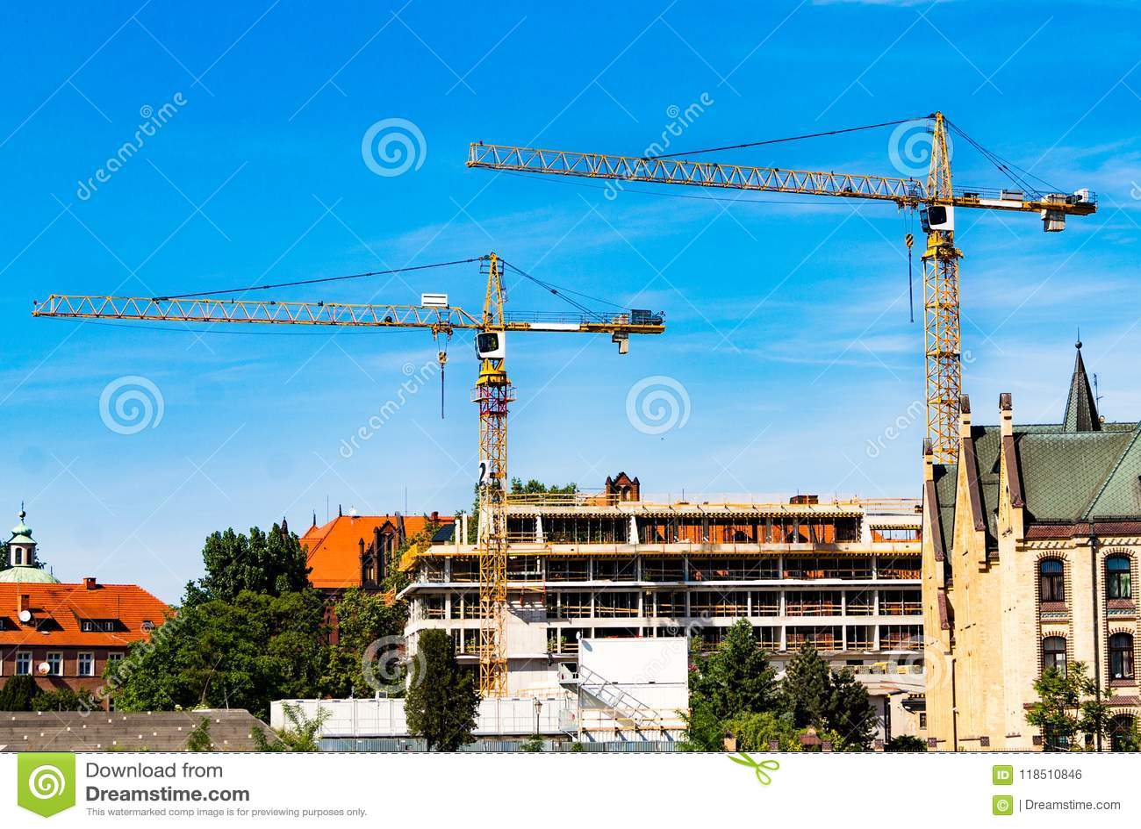 Turmkran, Bau eines Wohnhauses, ein Kran gegen den Himmel, ein Gegengewicht, industrielle Skyline