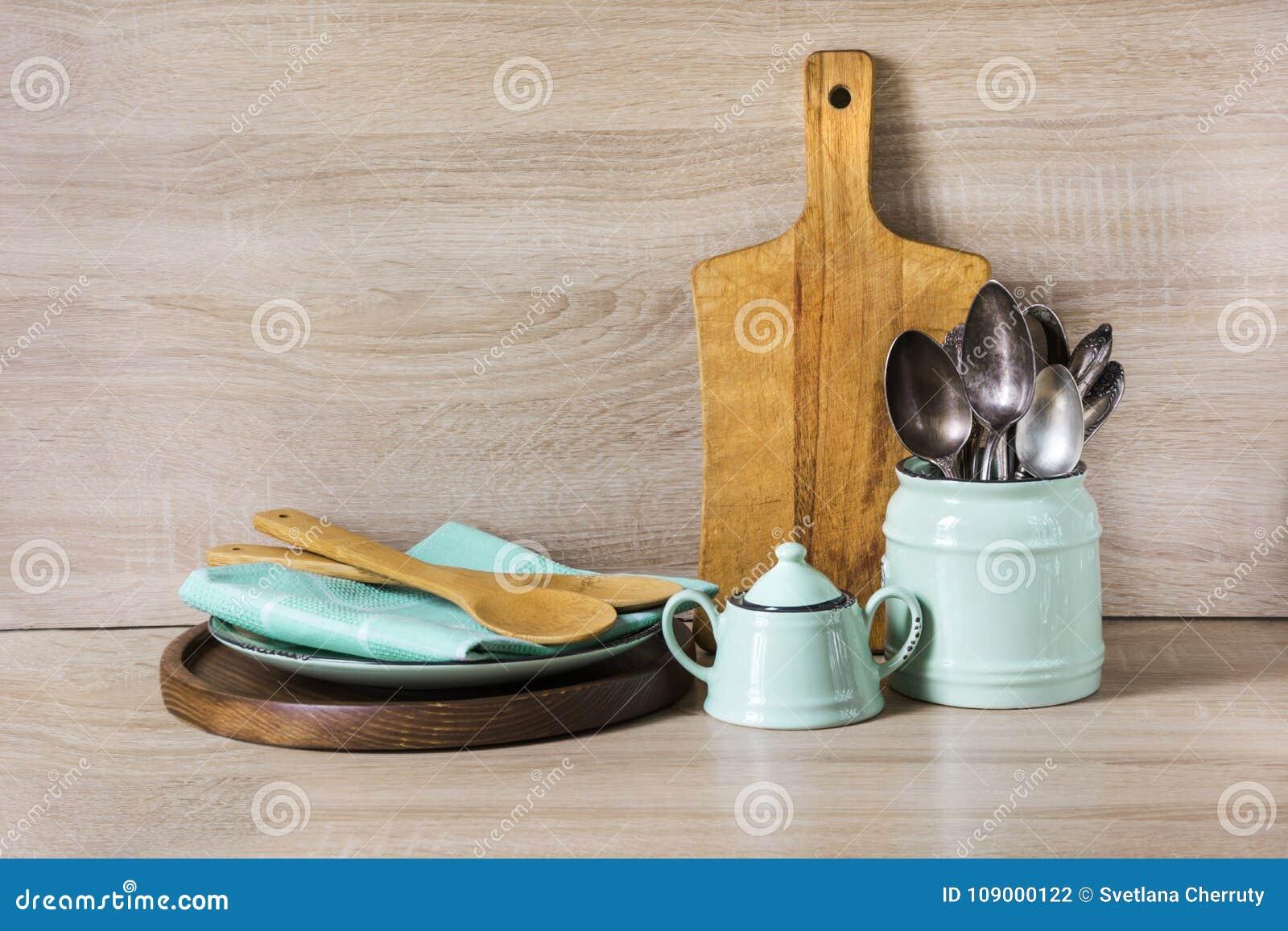 Turquesa y loza del vintage, vajilla, utensilios del dishware y materia de madera en tablero de madera Todavía de la cocina vida