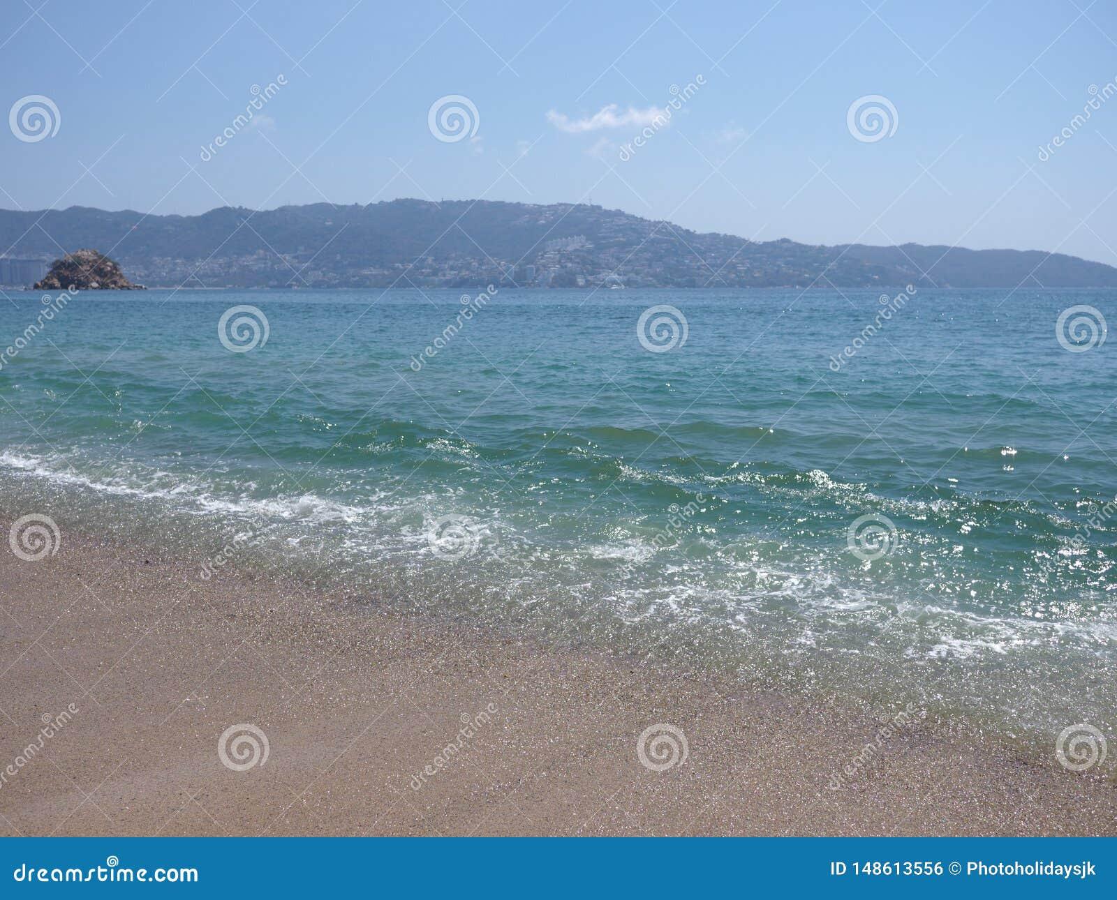 Turquise波浪看法在阿卡普尔科市海湾的墨西哥和太平洋风景的