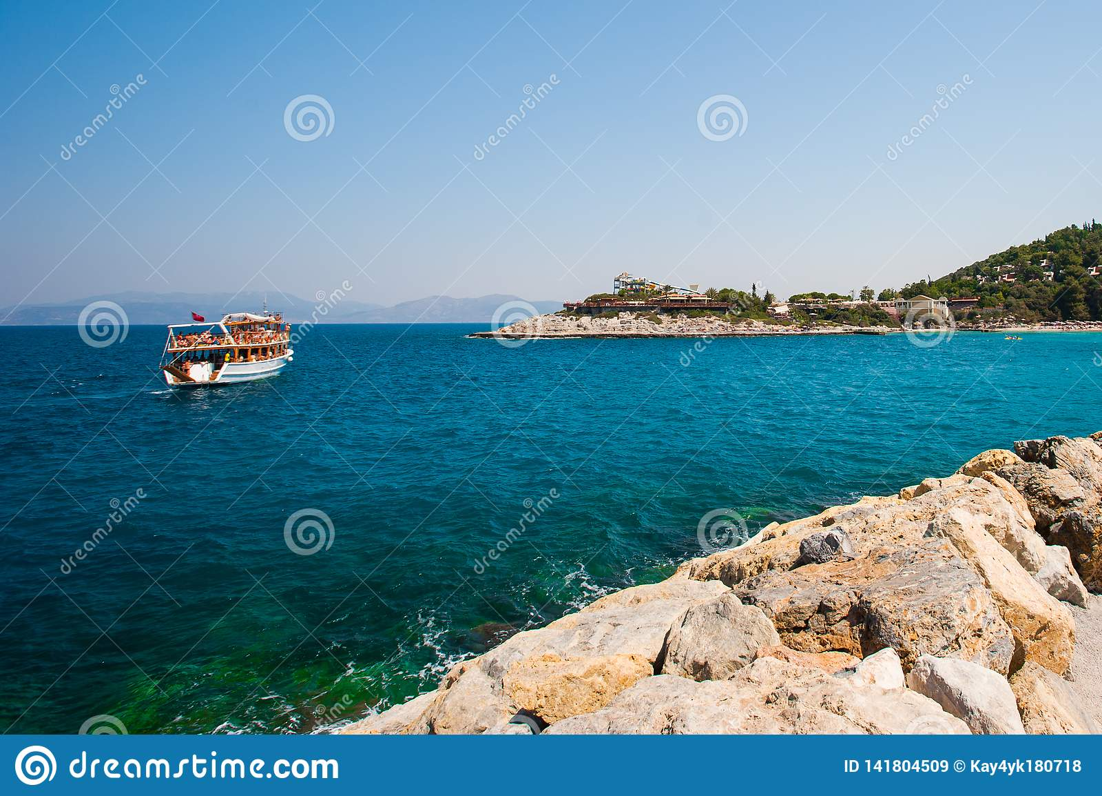Turyści żeglowali na łodzi, jacht, statek blisko brzeg