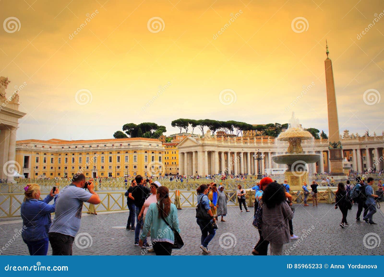 Turyści na St Peter ` s obciosują Watykan