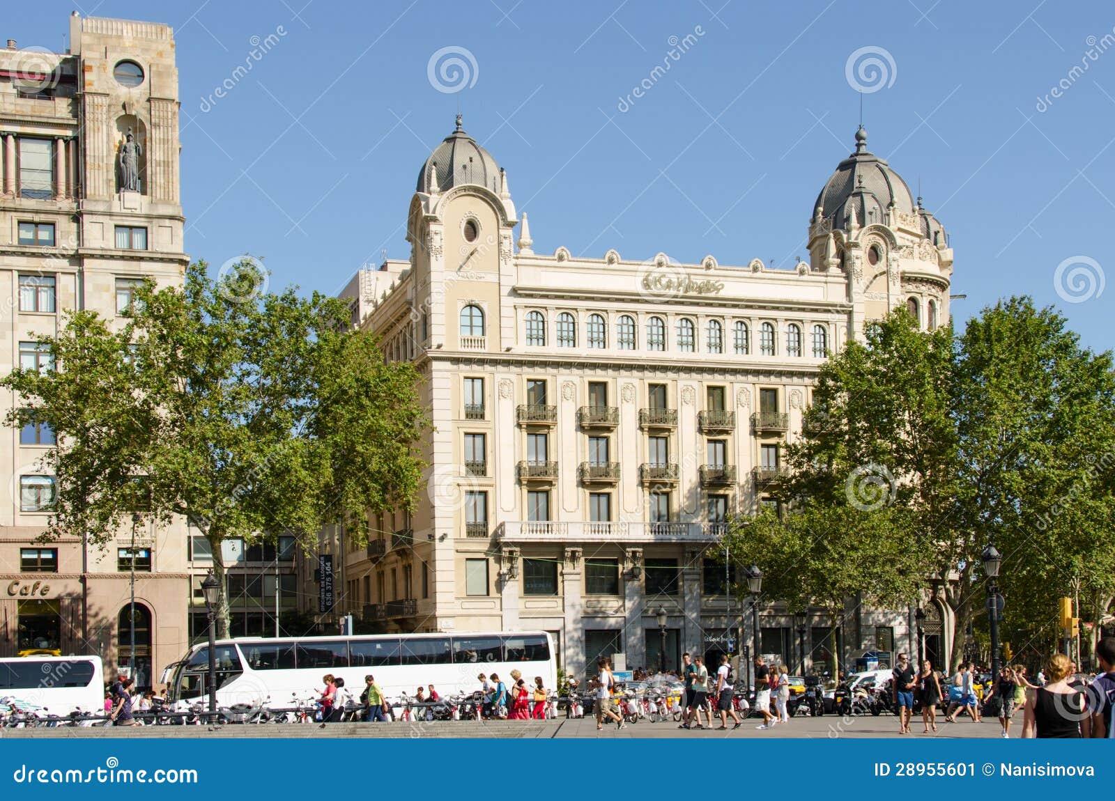 Turyści na ulicie Barcelona