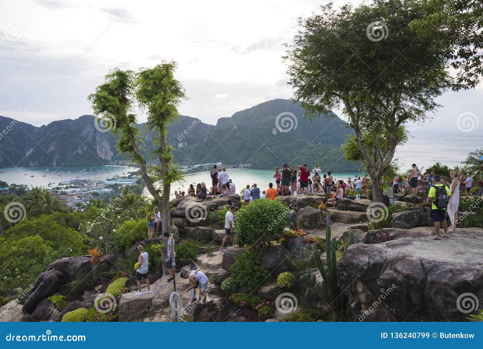 Turyści na widoku punkcie Phi Phi wykładowcy wyspa, Tajlandia Wieczór 17 2018 Grudzień