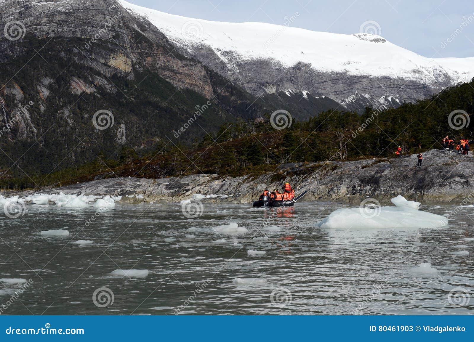Turyści od statku wycieczkowego lądowali na brzeg blisko Pia lodowa