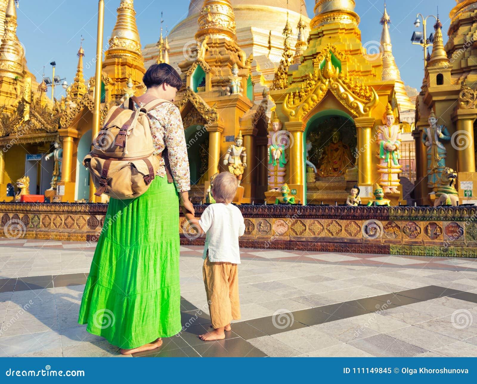 Turyści odwiedza Shwedagon pagodę w Yangon Myanmar