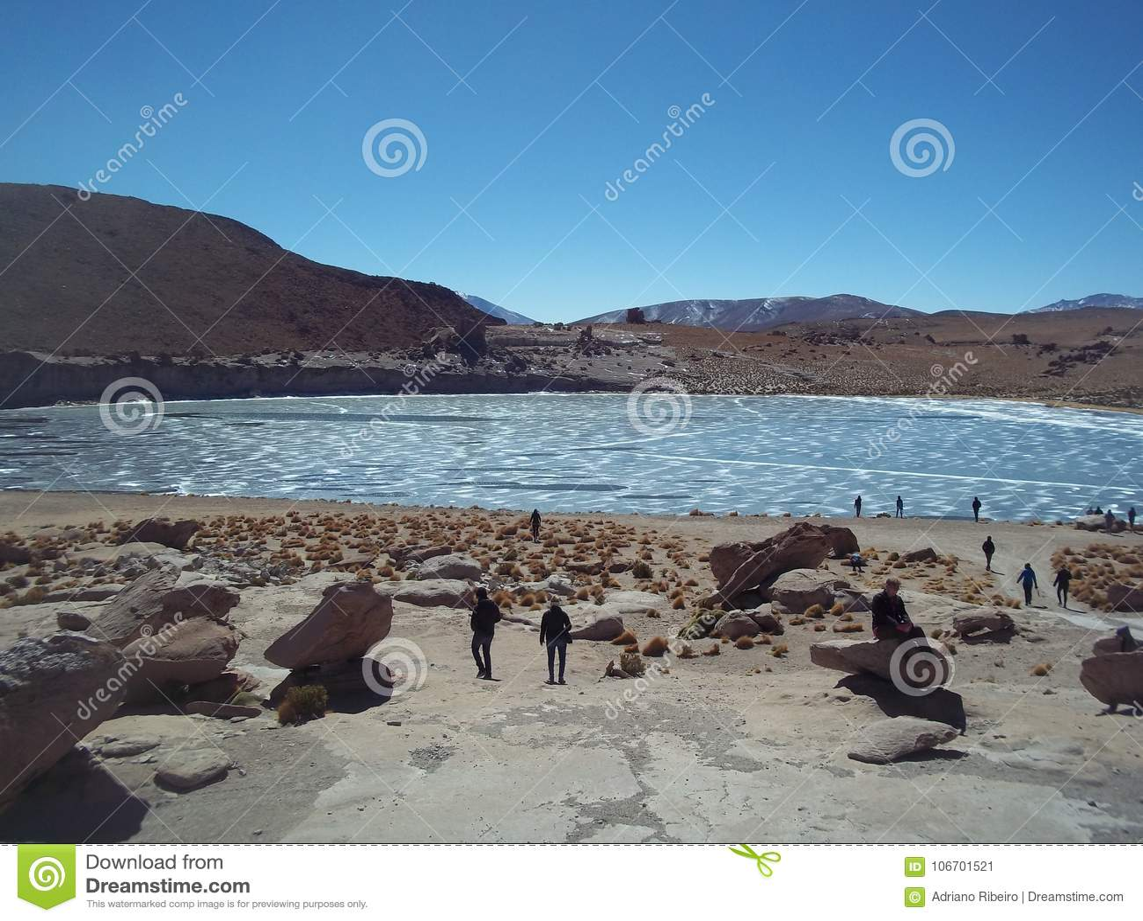 Turyści odwiedza zamarzniętego staw w pustyni