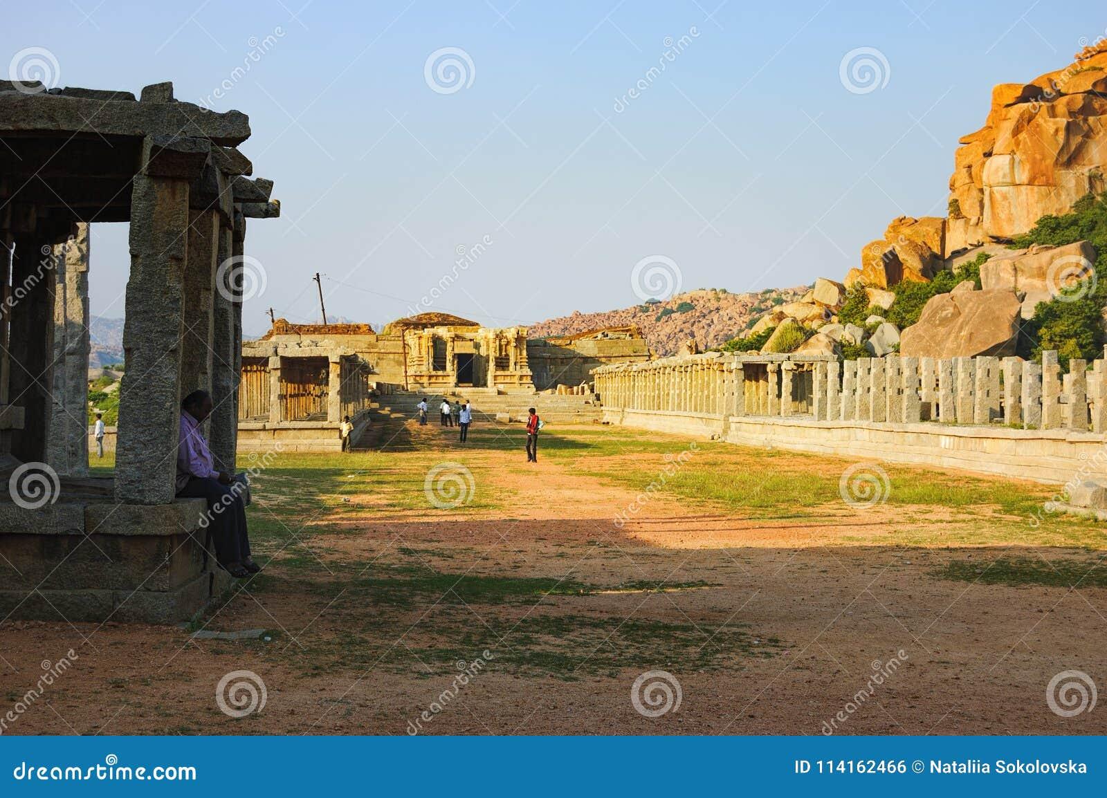 Turyści odwiedzają Vitthala świątynię w Hampi, India