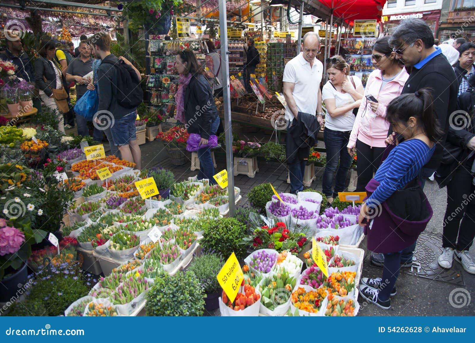 Turyści patrzeją merchandise na Amsterdam kwiatu rynku