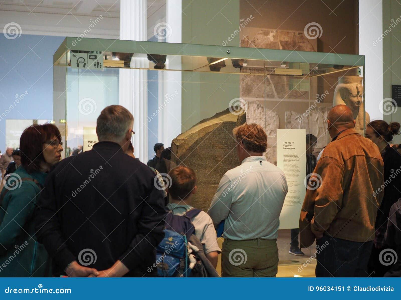 Turyści przy British Museum w Londyn